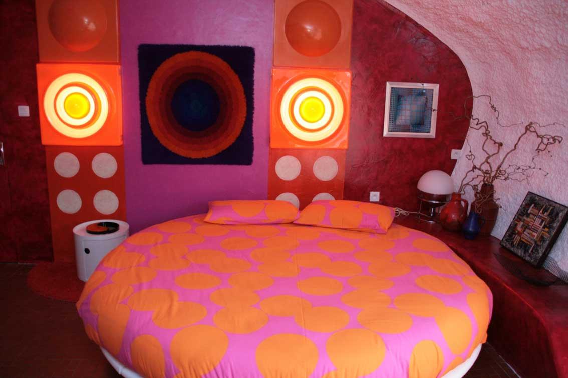 Rund ist das Bett im Panton-Bubble. Viel Interieur ist vom Flohmarkt