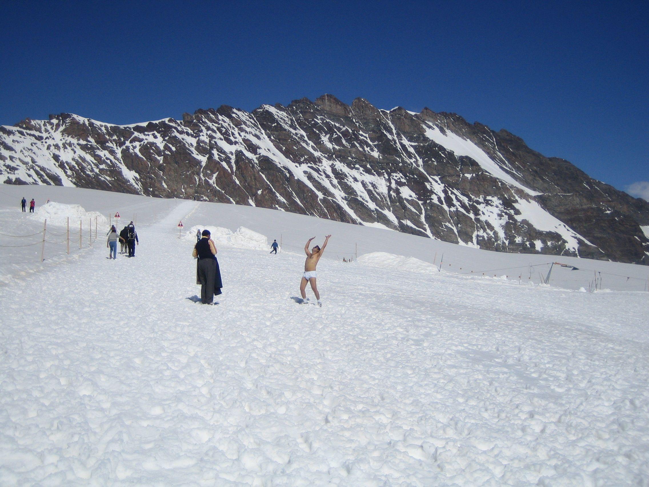 Ein Inder frönt auf dem Aletschgletscher der rituellen Entkleidung