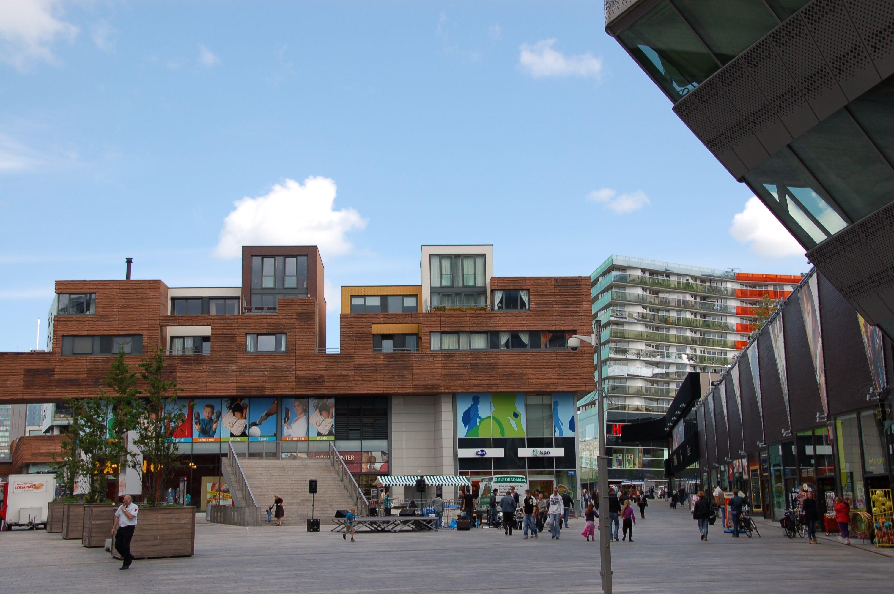 Hybride Architektur: In Rem Koolhaas' Zitadelle stehen die Town-Houses direkt auf dem Shopping-Center. (Bild: Ralf Johnen)