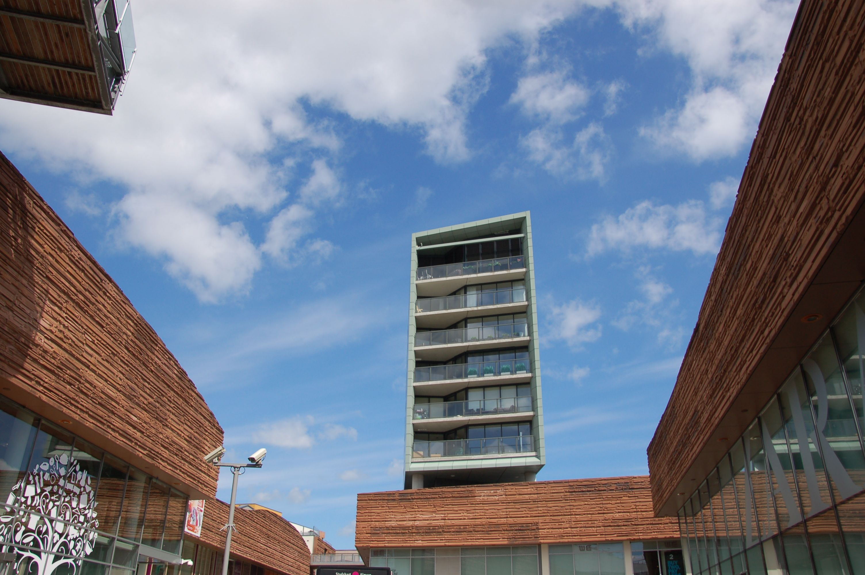 Ein vertikaler Solitär mit Appartements überragt die vertikale Mall (Bild: Ralf Johnen)