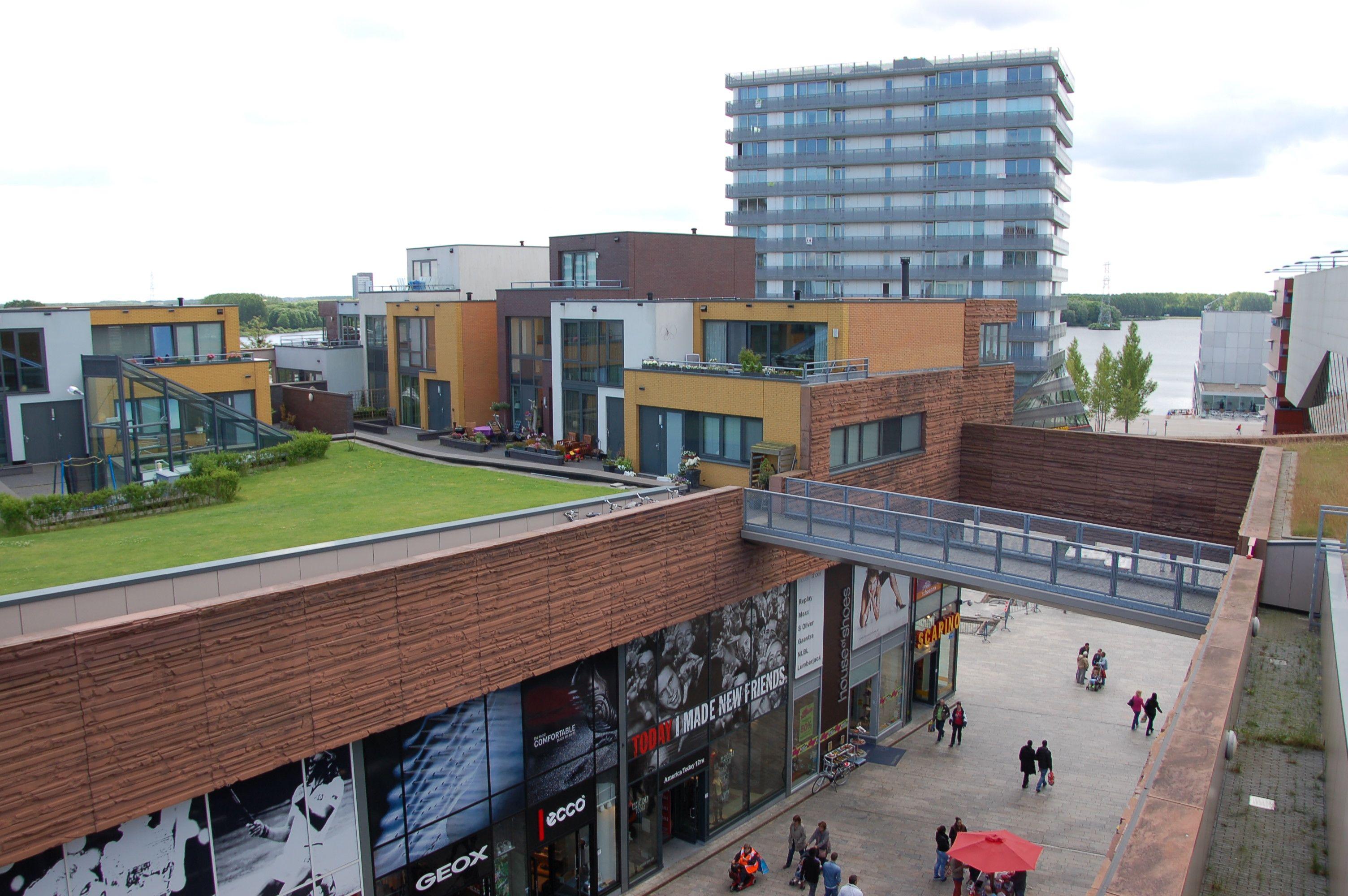 Fast wie im Tim-Burton-Film: Rem Koolhaas hat auf dem Dach seines Einkaufszentrums in Almere ein kleinbürgerliches Idyll geschaffen. (Bild: Ralf Johnen)