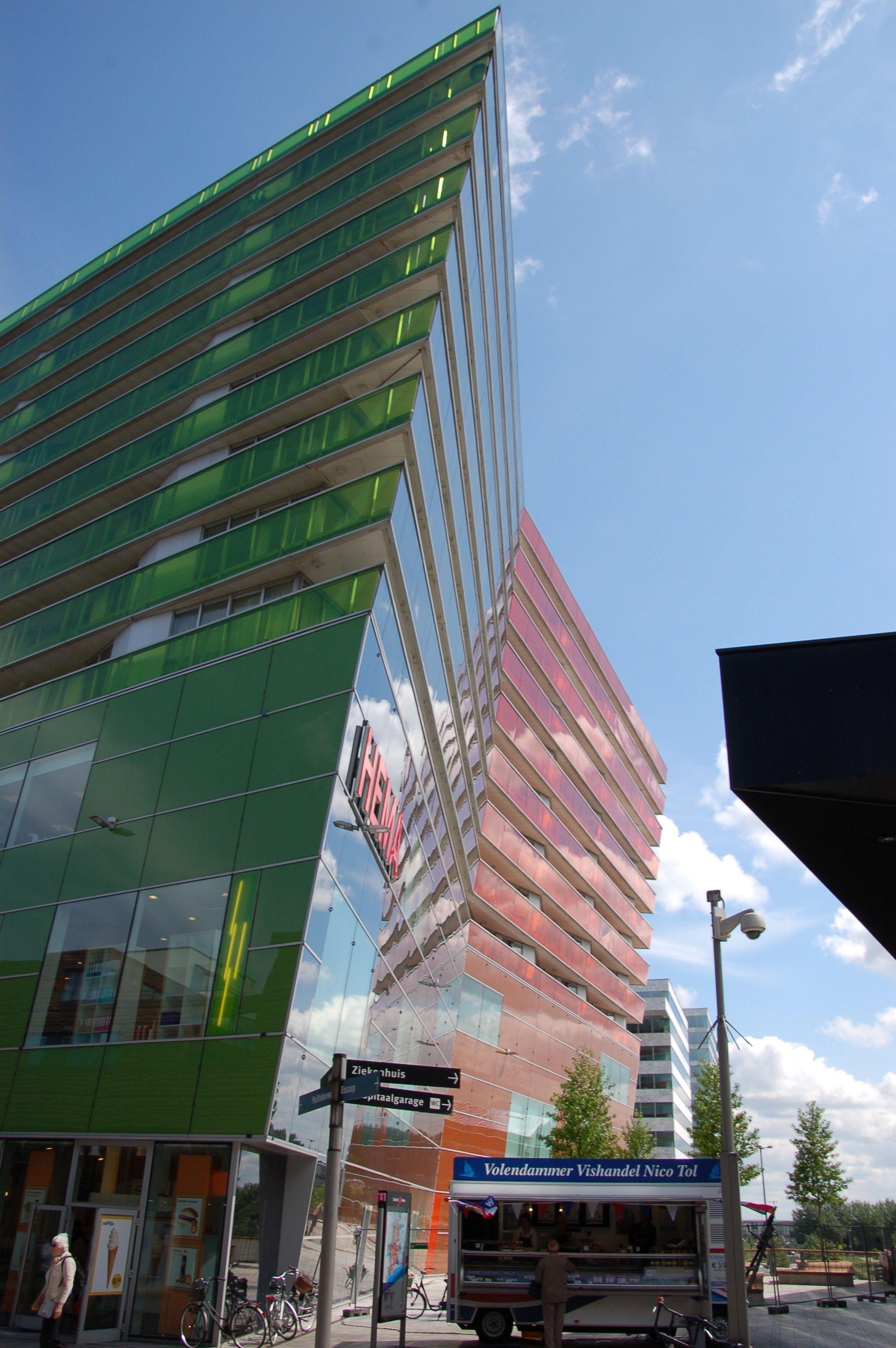 """Platz für das wichtigste bleibt trotz allen Fassadenzaubers auch in Almere: Die Bude, wo """"Hollands Nieuwe"""" aus Voldendam verkauft wird, darf nicht fehlen. (Bild: Ralf Johnen)"""