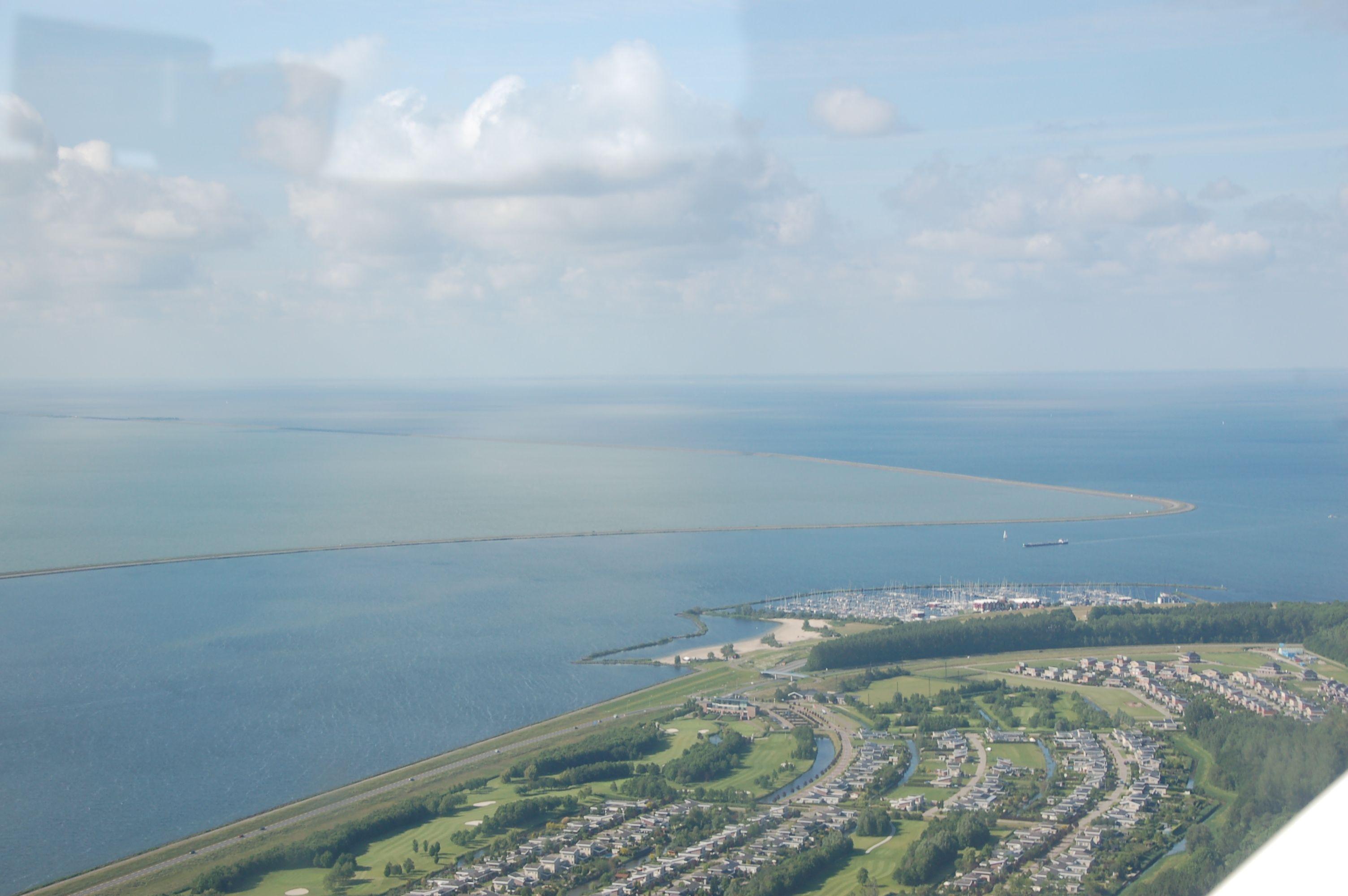 Farbschattierung: Der Hafen von Lelystad und dahinter der Houtribdijk, der das Ijsselmeer in zwei Wasserwelten teilt