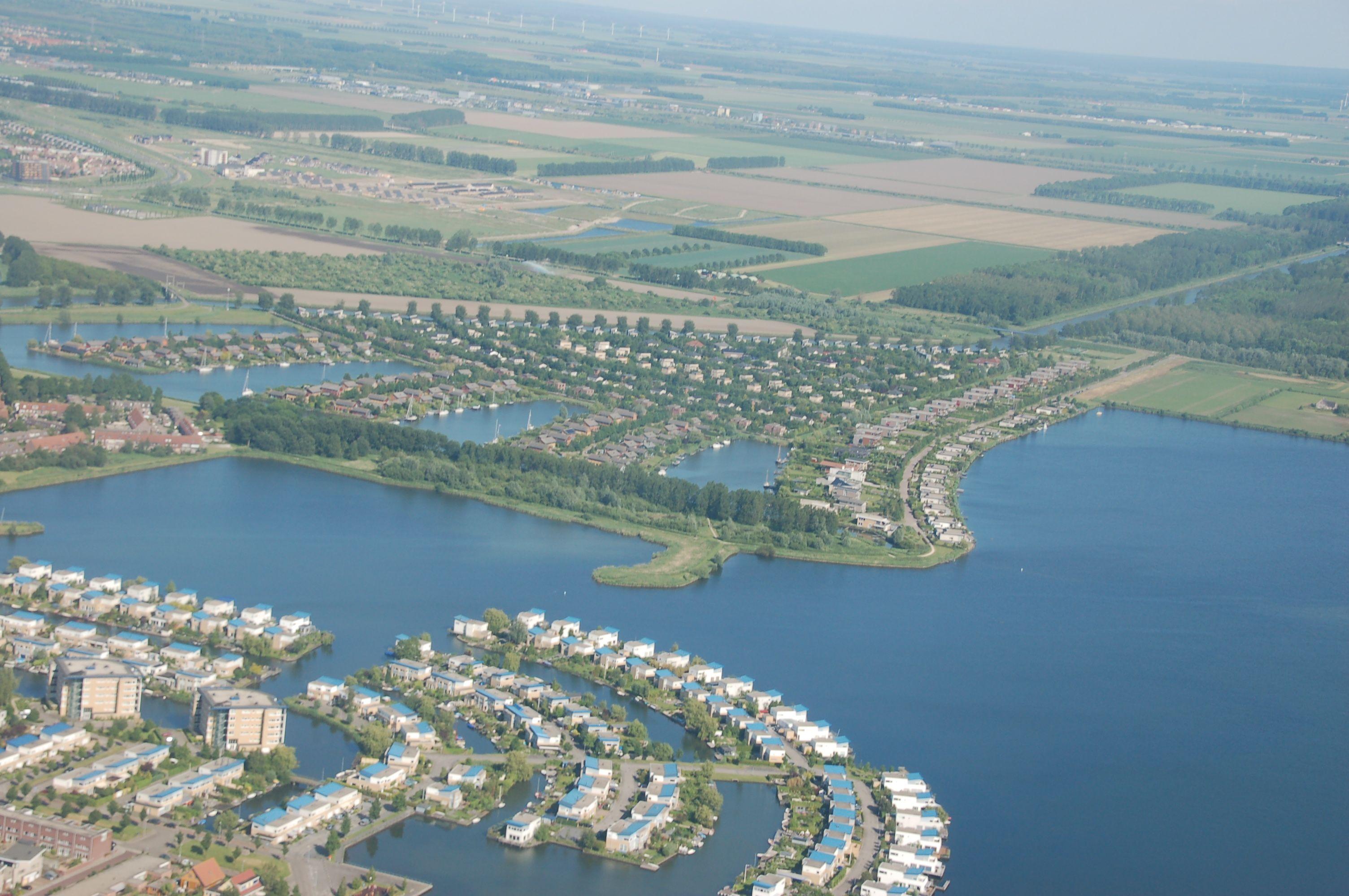 Wie in Dubai: Auf künstlichen Inseln erfüllen sich die Bewohner der Almere den Traum vom individuellen Leben am Wasser. Die Luftaufnahme entlarvt, wie das Raumkonzept dazu beiträgt.
