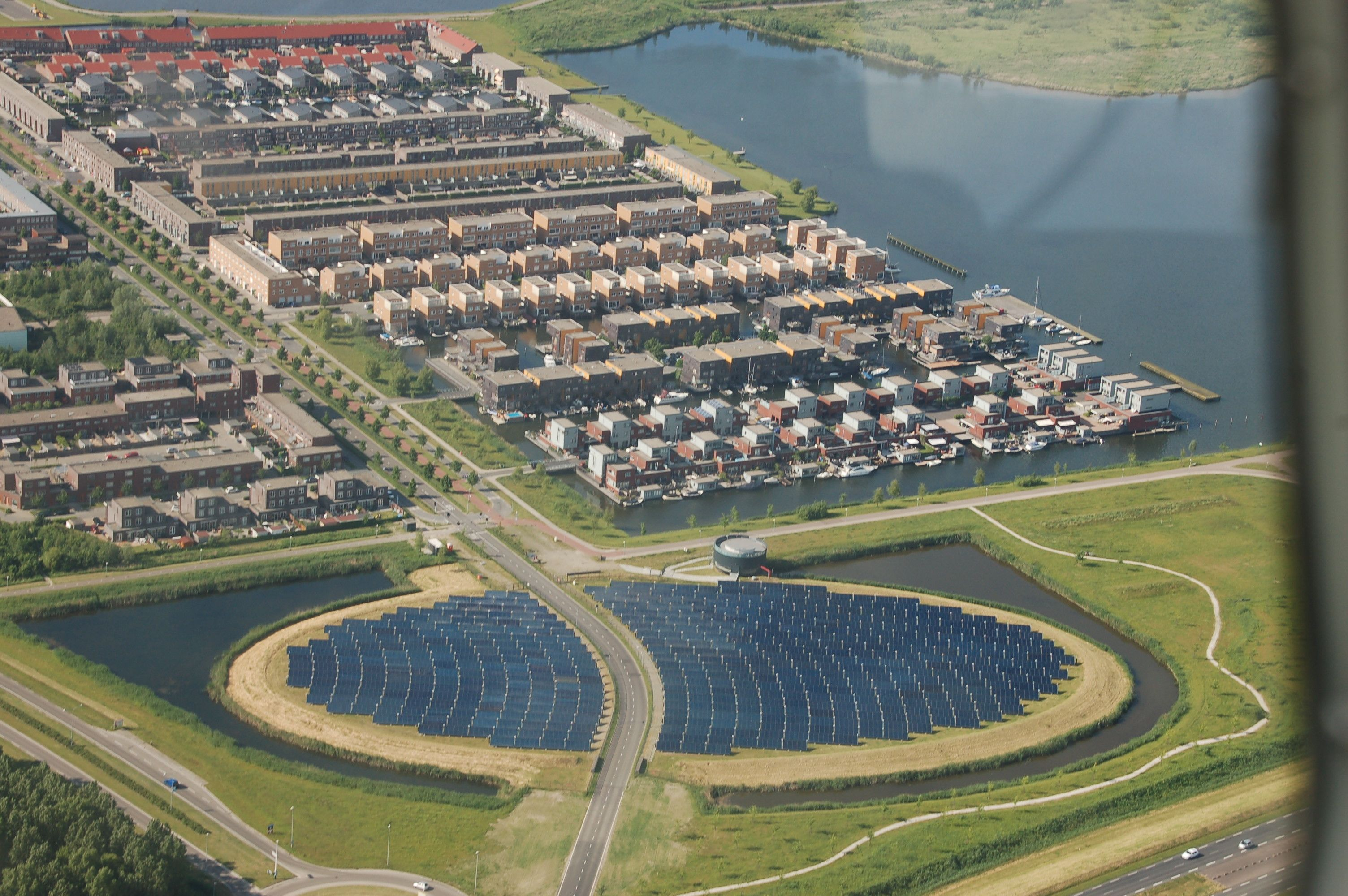 Auch das ist Abwechslung: Als Kontrast zu den linear angelegten Siedlungen ist die Straße gebogen und der nachhaltige Energieversorgungspark oval