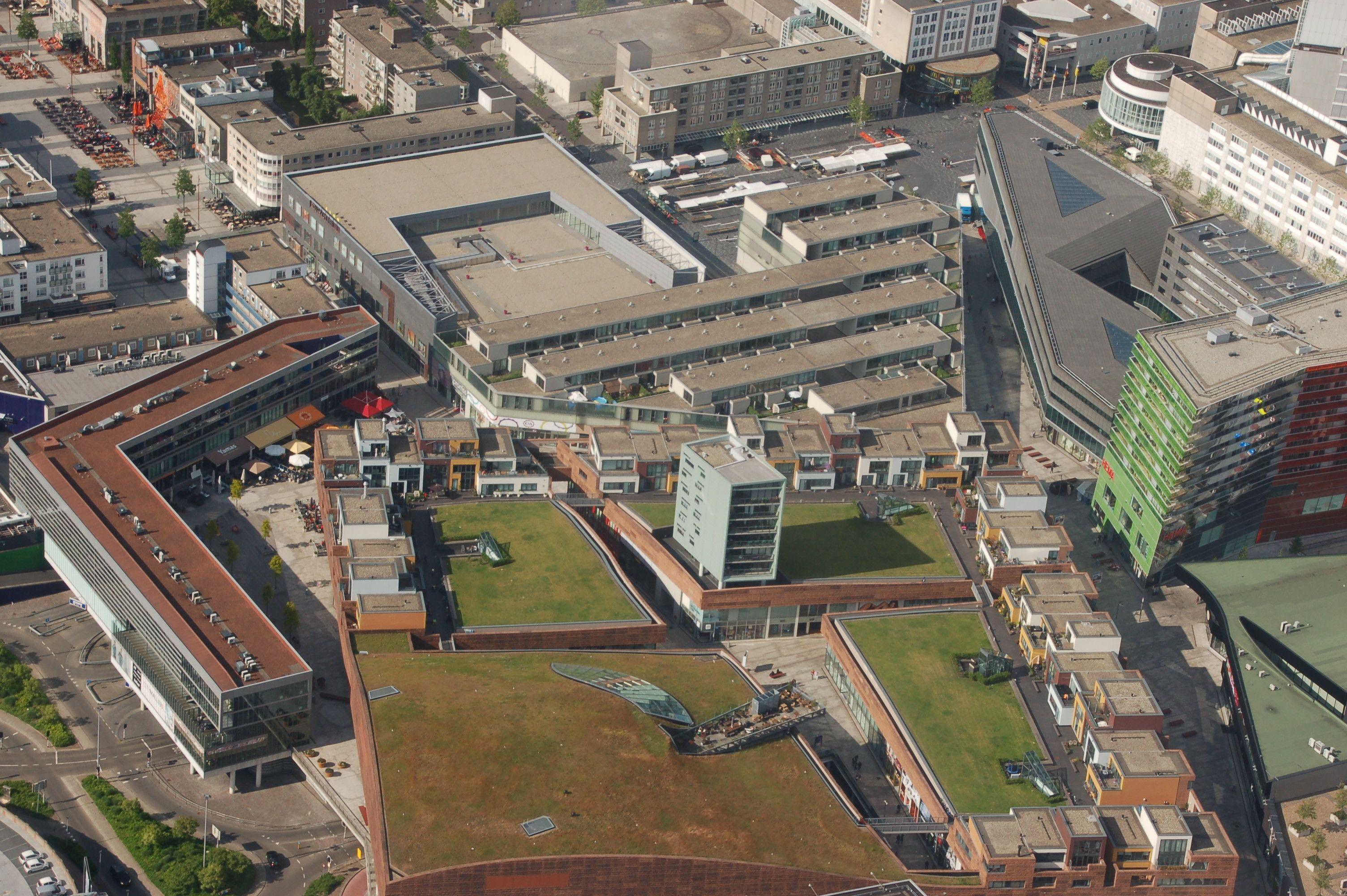 Warum nicht einfach mal auf dem Dach der Shopping-Mall ein paar Town Houses bauen? Das hat sich Rem Koolhaas in Almere gedacht - schließlich ist Wohnraum knapp in Holland.