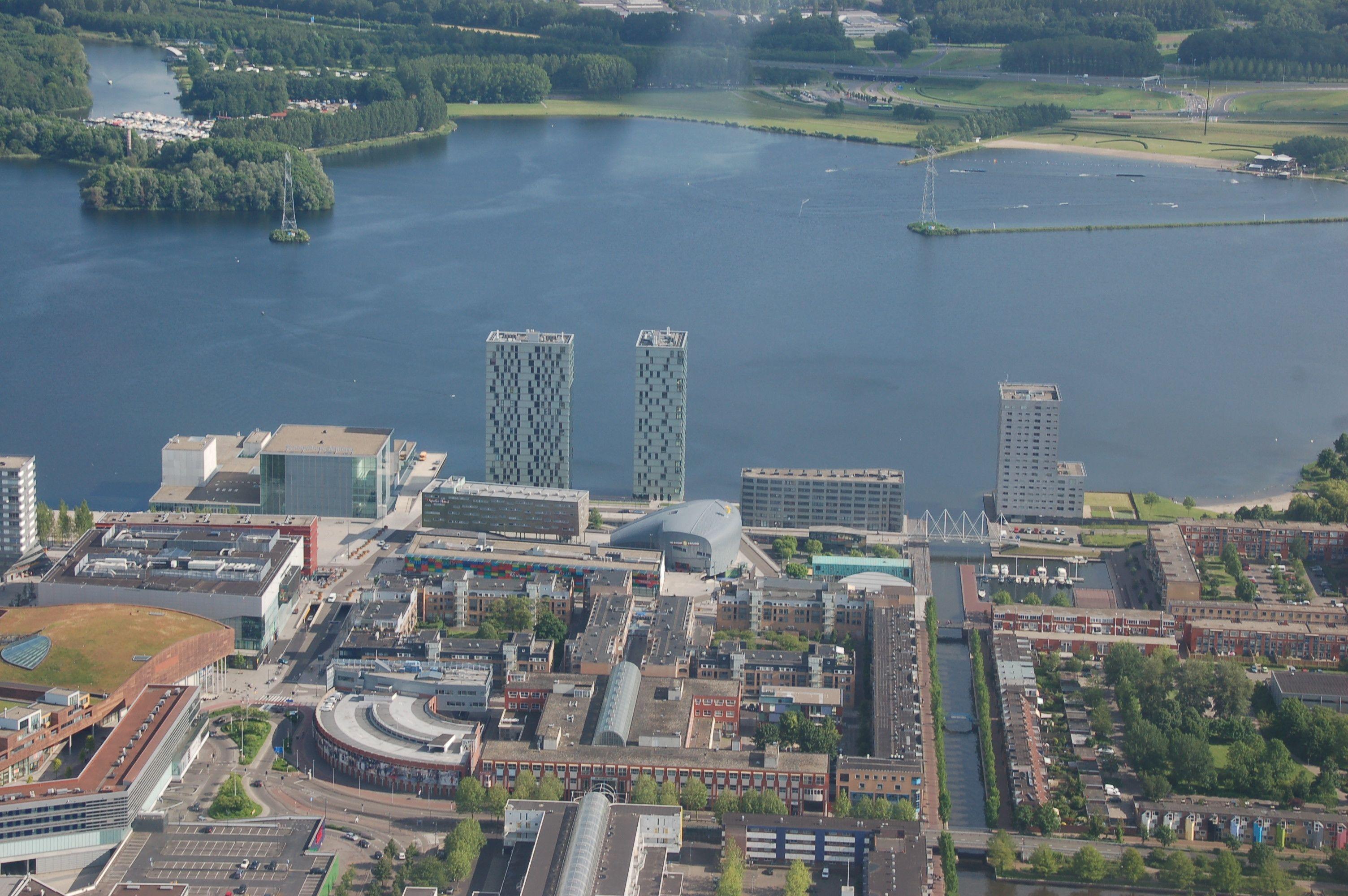 Almere-Stad mit den Hochhäusern von F. J. van Dongen am Weerwater