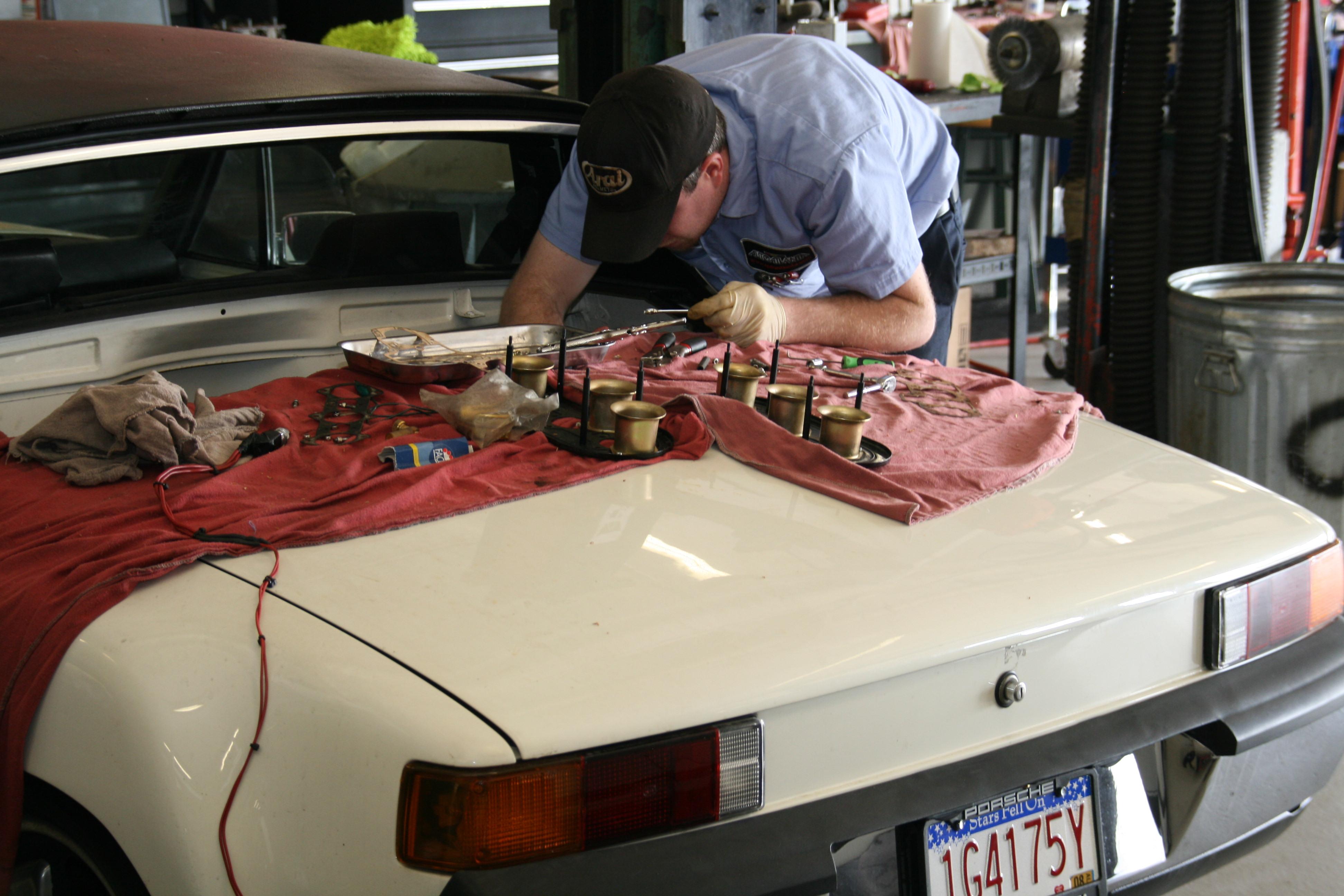 Sortieren und montieren - Blick in die Werkstatt von Auto Atlanta