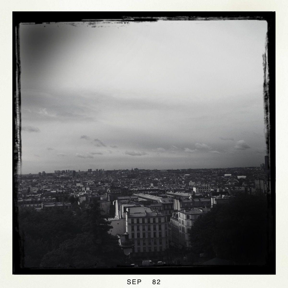 Nach dem Aufstieg zum Montmartre erkenne ich erste Gebäude