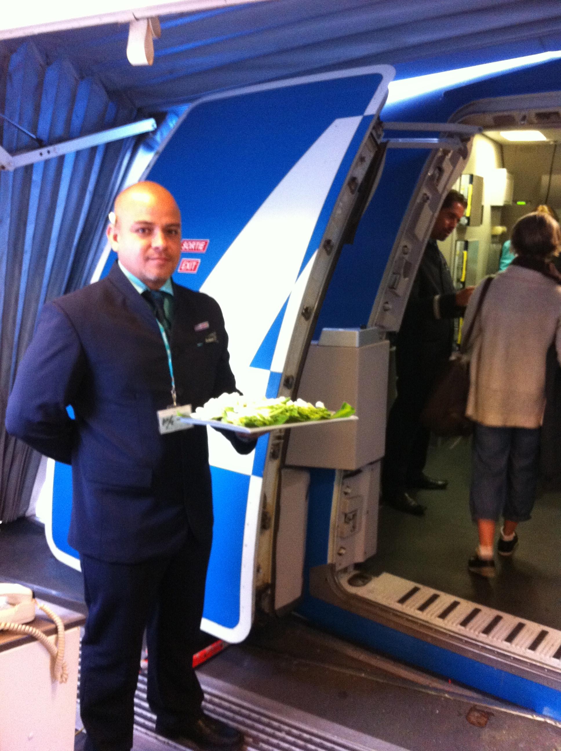 Blumiges National-Symbol - Vor dem Start reicht der Steward Tiare-Blüten, die sich wissende Fluggäste gleich hinters Ohr stecken