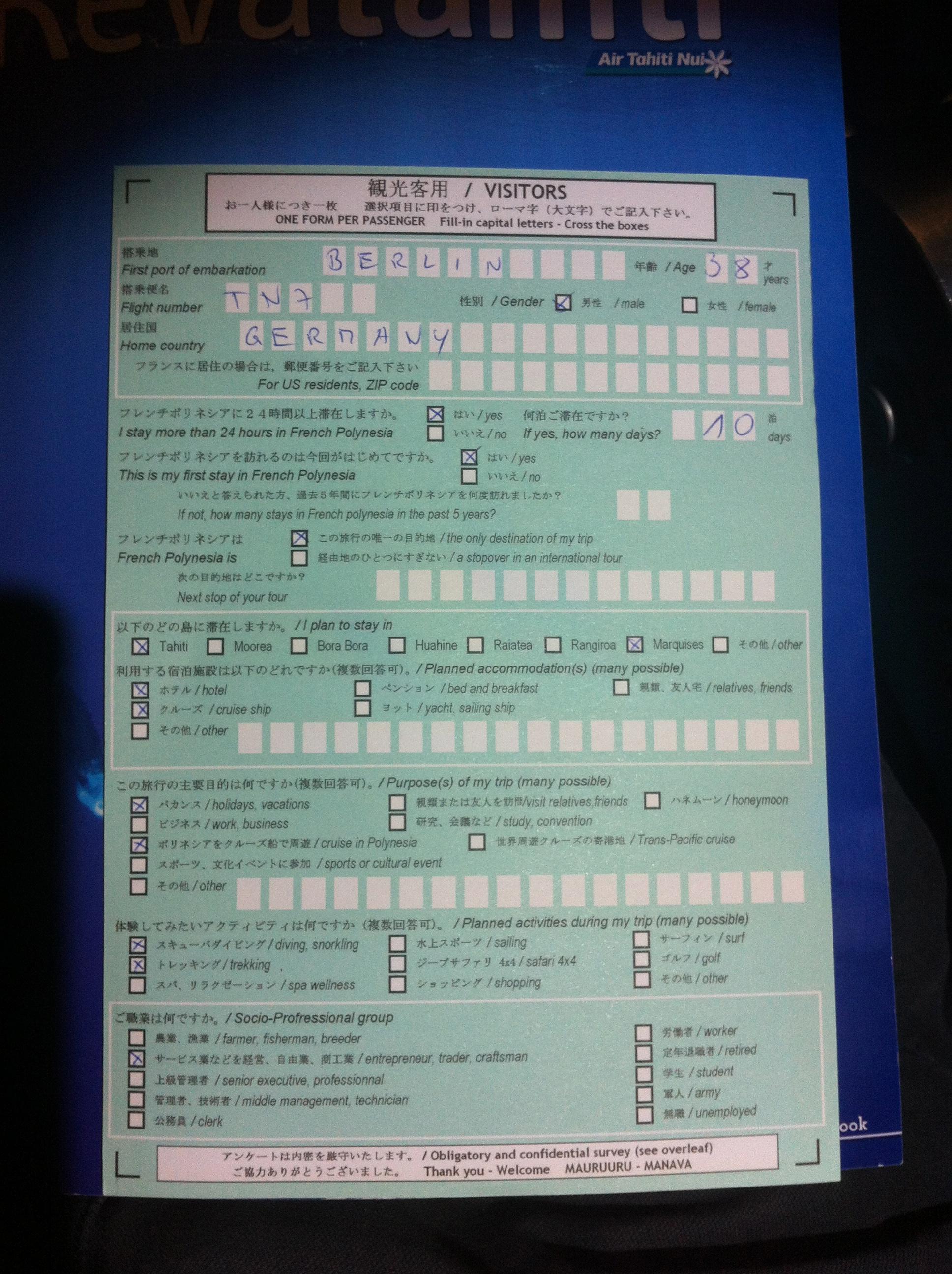 Kein Feld für die Reisepass-Nummer: Dieses Formular kassiert eine Frau am Flughafen von Papeete auf Tahiti. Sie würdigt es mit keinem Blick, hat aber eine Tiare-Blume im Haar