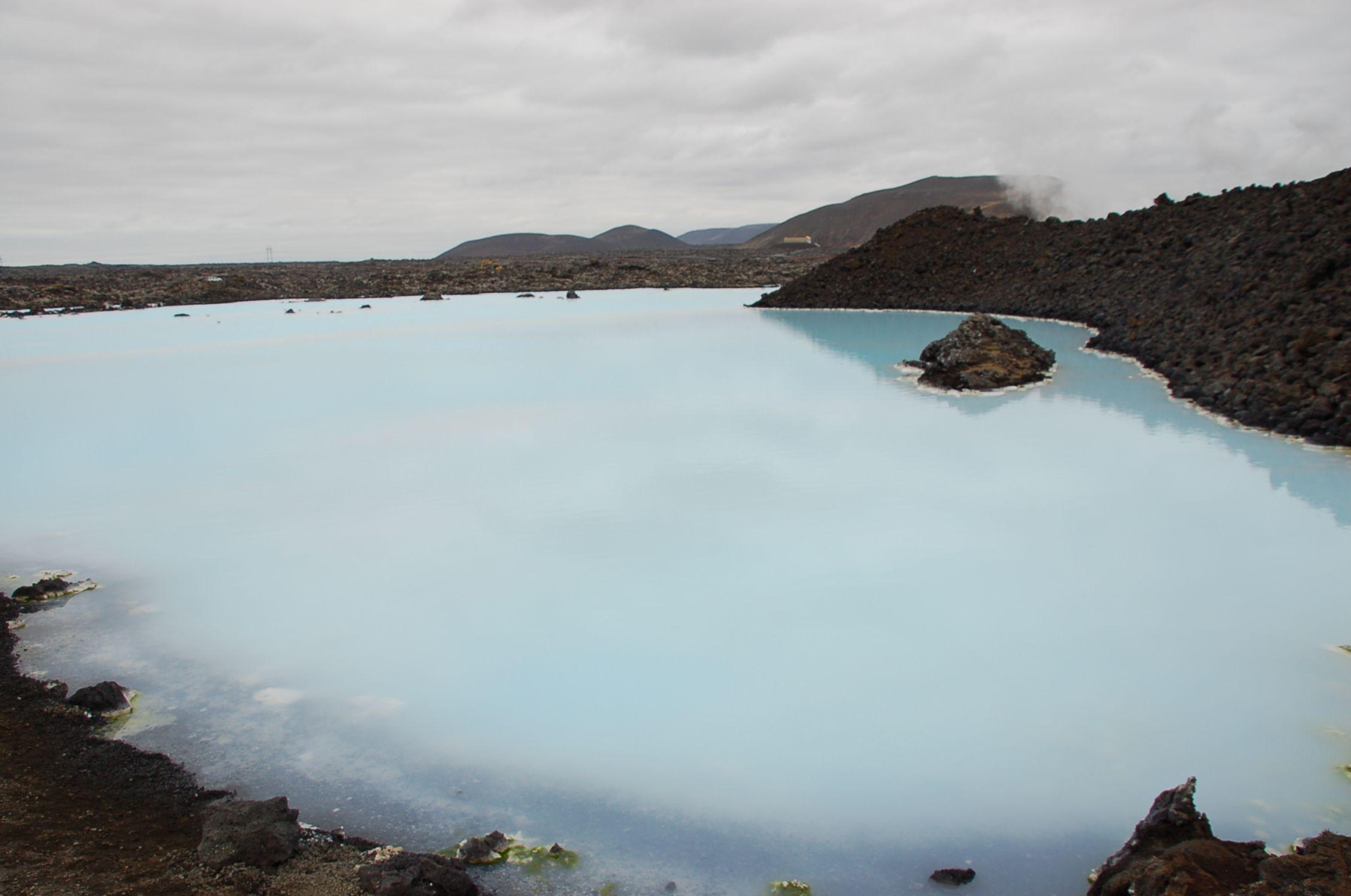 Doch auch damit hat es sich noch nicht: Bei dem Versuch, ein Wärmeaustauschkraftwerk zu bauen, ist die Blaue Lagune entstanden