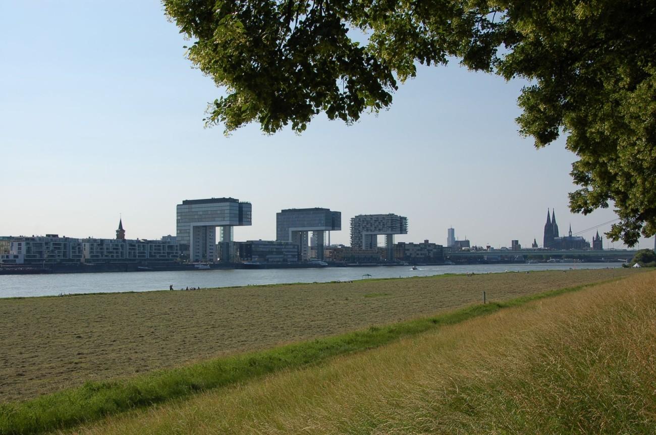 Kräne und Turmspitzen: Der Rheinauhafen ist Kölns Blilckfang