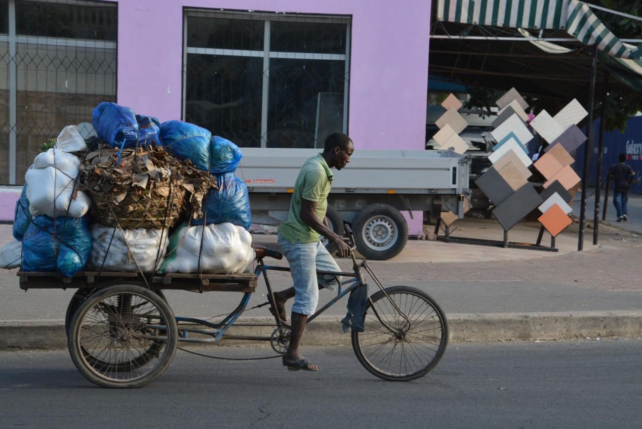 Abenteuer Straßenverkehr: Ein radelnder Händler in Daressalam