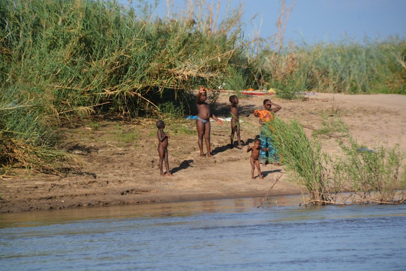 Entspanntes Verhältnis zur Fauna: Die Nähe zu den Krokodilen hält die Kids nicht vom Bad ab