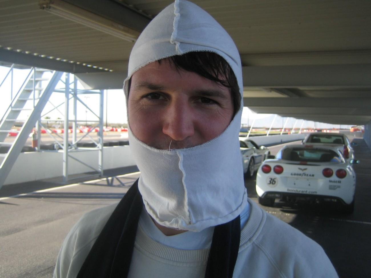 Ein Typ, dem man vertrauen kann: Stefan bei den Vorbereitungen für die Fahrt im Rennwagen