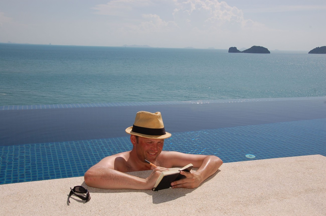 Mit Hut im Infinity-Pool: So viel Wellness geht grad noch