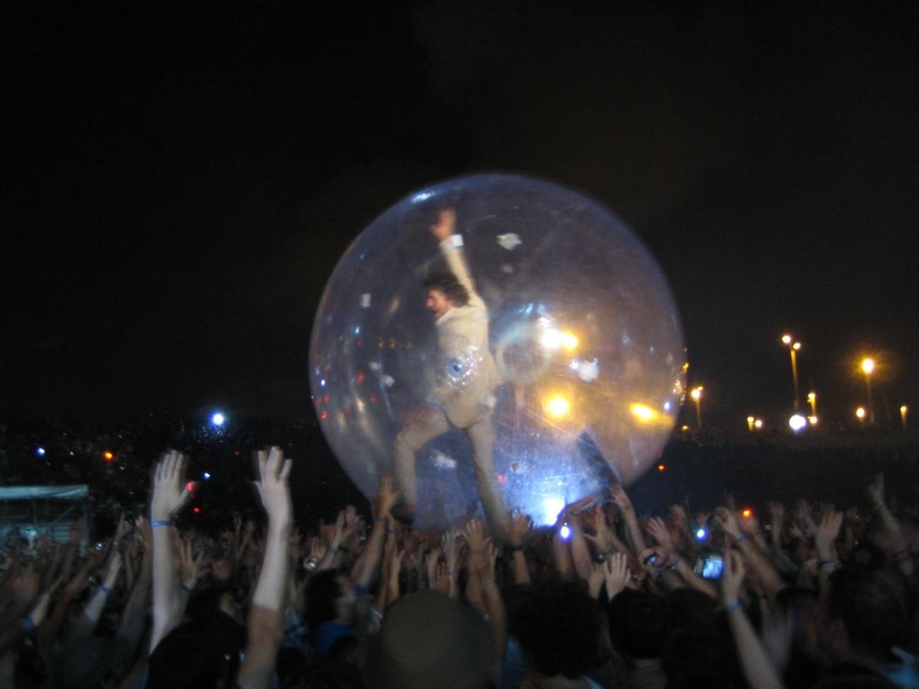 Wayne Coyne gehört zu den Menschen, die sich gerne in einer Luftblase übers Publikum tragen lassen