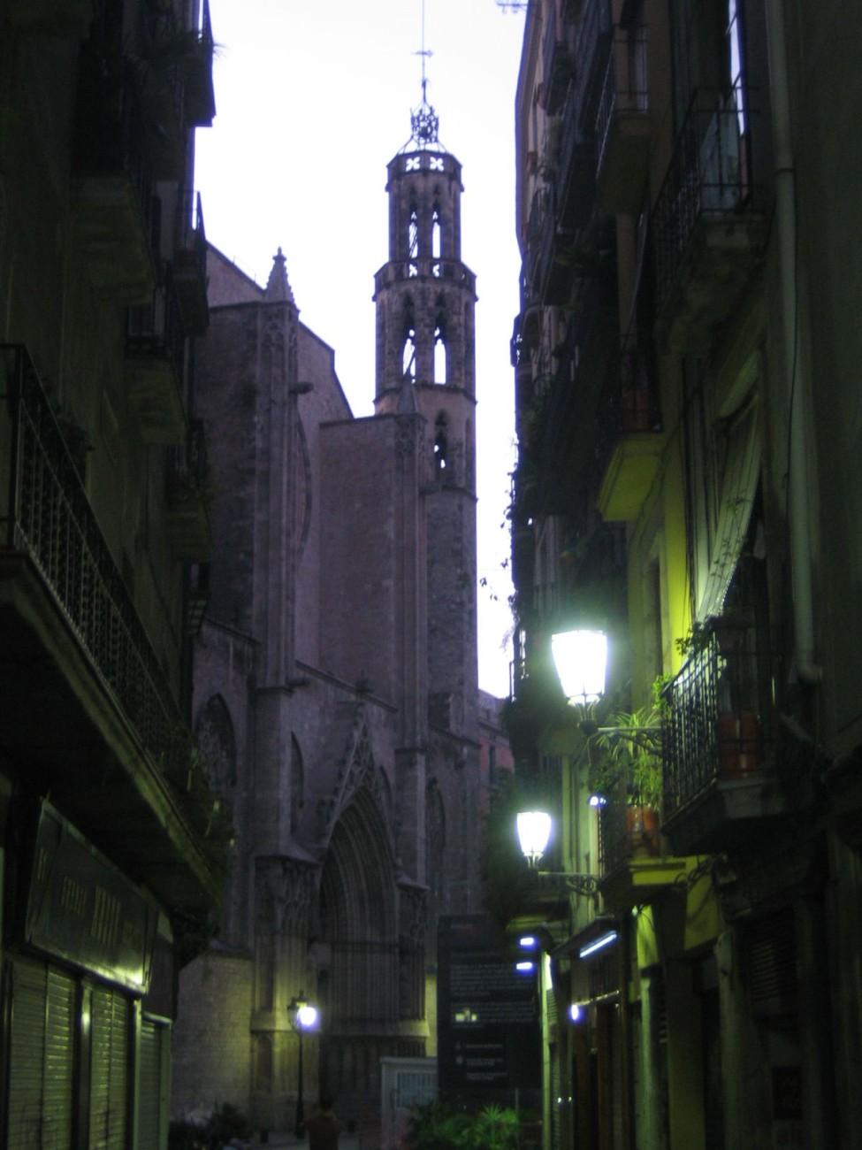 Schwarz zu Blau: Kurz vor Sonnenaufgang ist es still in Barcelona