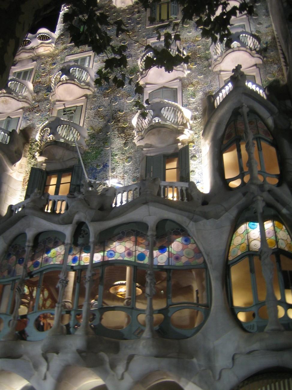 Vor allem nachts scheinen Gaudís Bauten wie aus dem Märchenwald