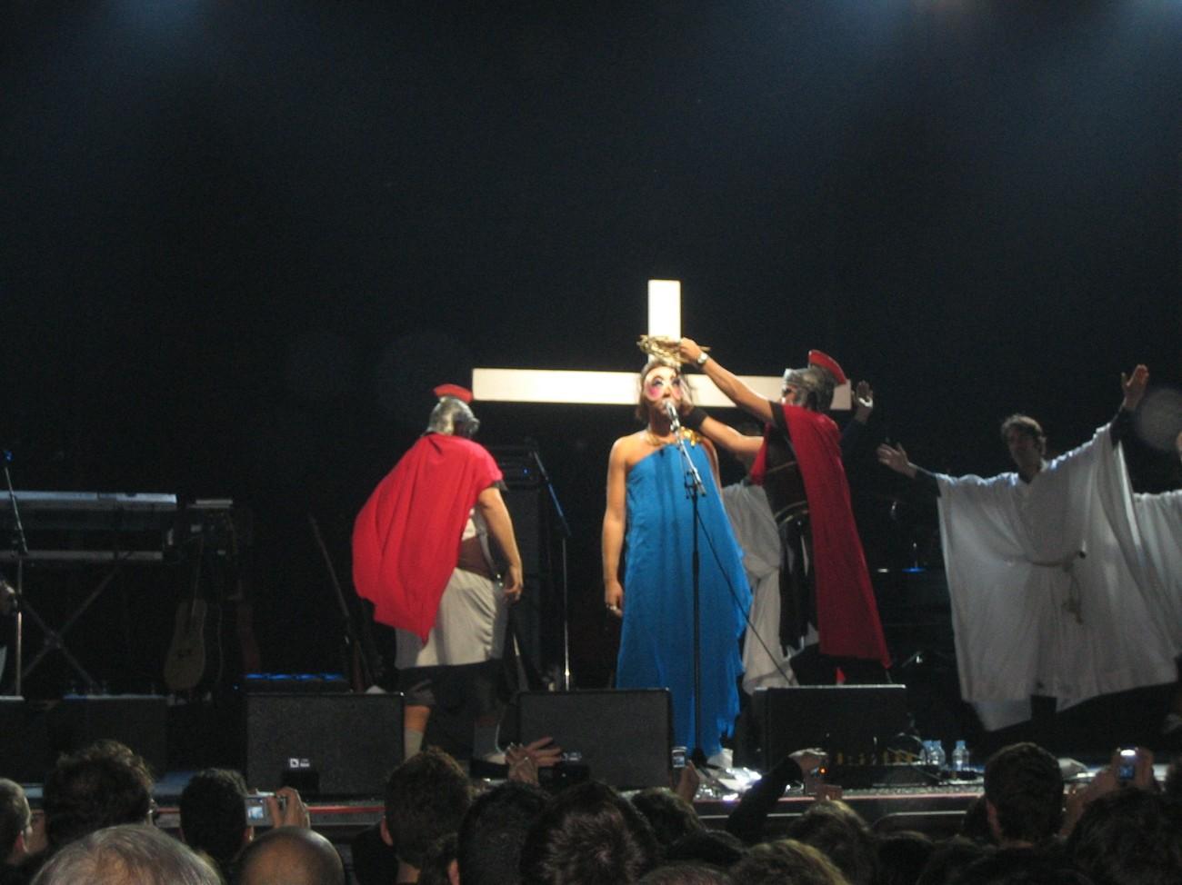 Kein Problem in Barcelona: Kanadischer Liedermacher stellt Kreuzigung nach