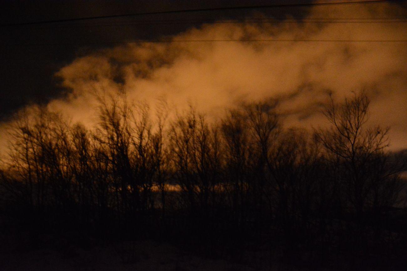 Kein Polarlicht: Durch die Langzeitbelichtung scheint Kirkenes in Nordnorwegen alles in Flammen zu stehen