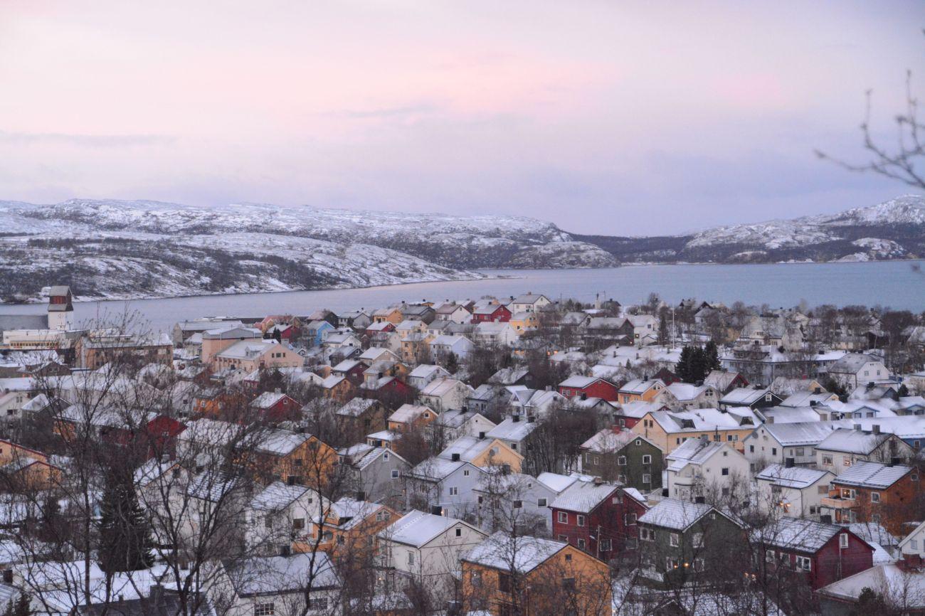 Die Häuser von Kirkenes sind bunt und stehen dicht aneinander