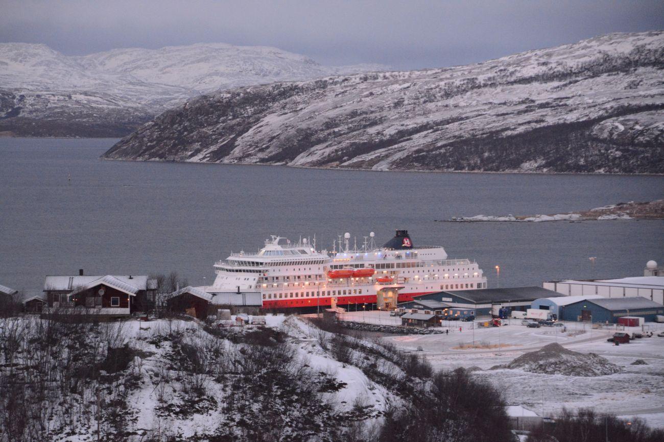 Die MS Finnmarken im Hafen von Kirkenes. Kirkenes ist der Wendepunkt der Hurtigruten