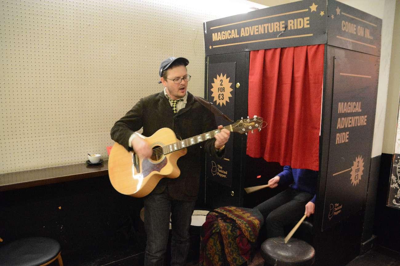 Konzert im Passfotoautomaten: Die vielleicht kleinst Bühne Dublins