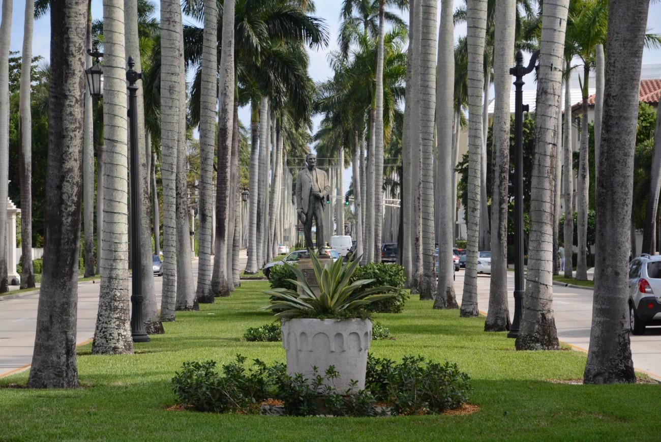 Zunächst aber checken wir in der Hochburg der Tycoons ein: Palm Beach. Warum auch immer der Ort so heißen mag