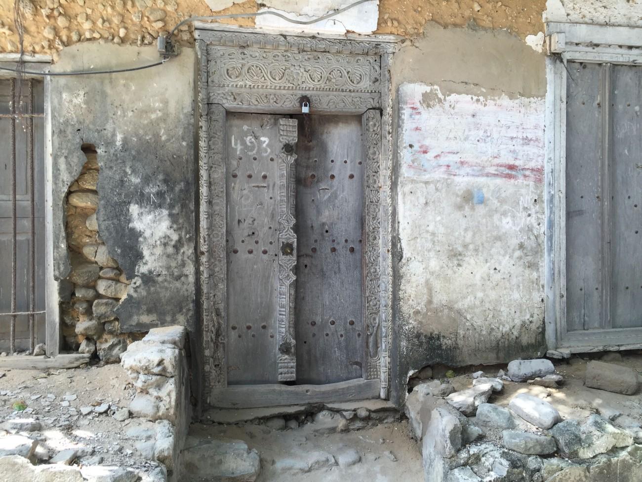 Die geschnitzten Holztüren, für die Stonetown berühmt ist, sind auch in Bagamoyo zu sehen