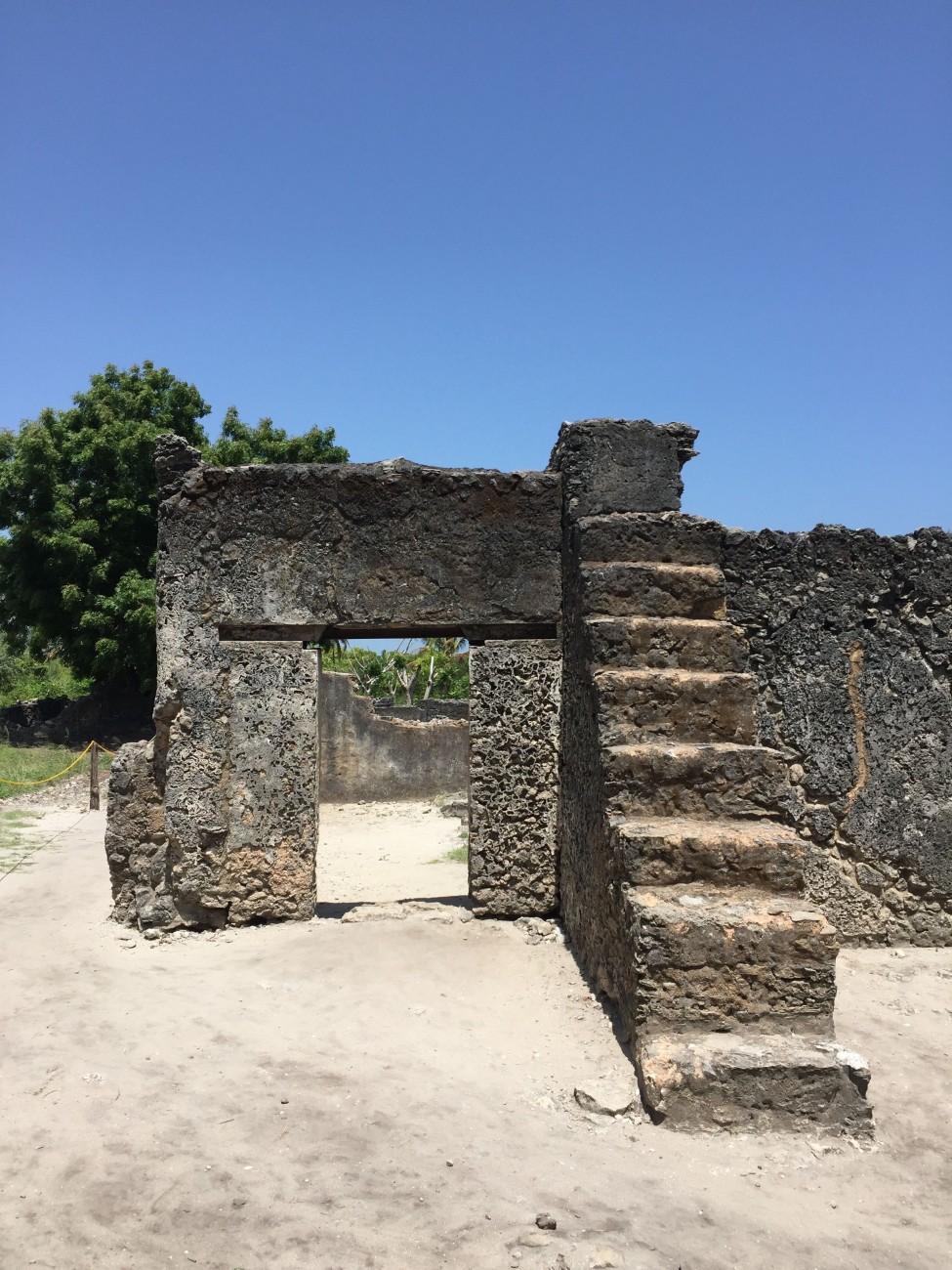Heilige Stätte: Die Ruine einer Moschee aus Korallen sind in Kaole zu sehen