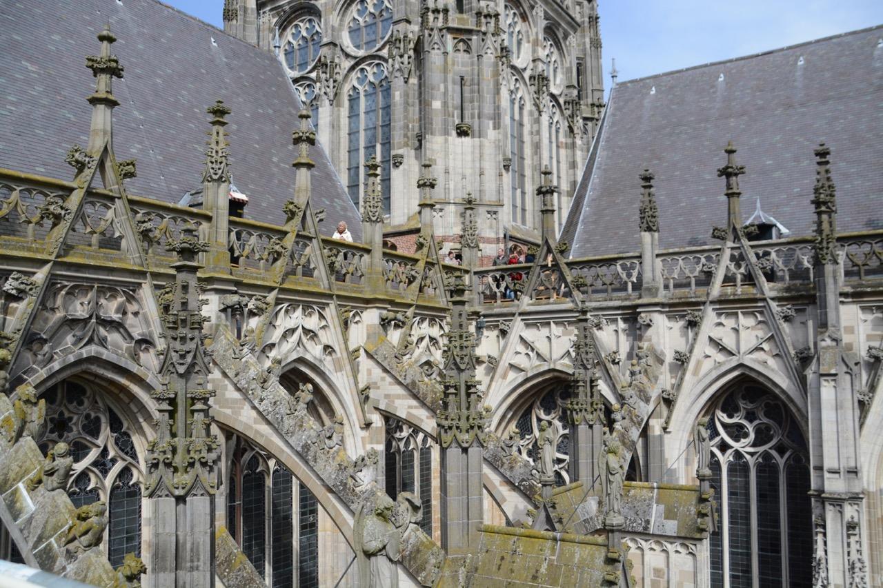 Einmal oben angekommen, buhlen die Ornamente der brabanter Gotik um Aufmerksamkeit