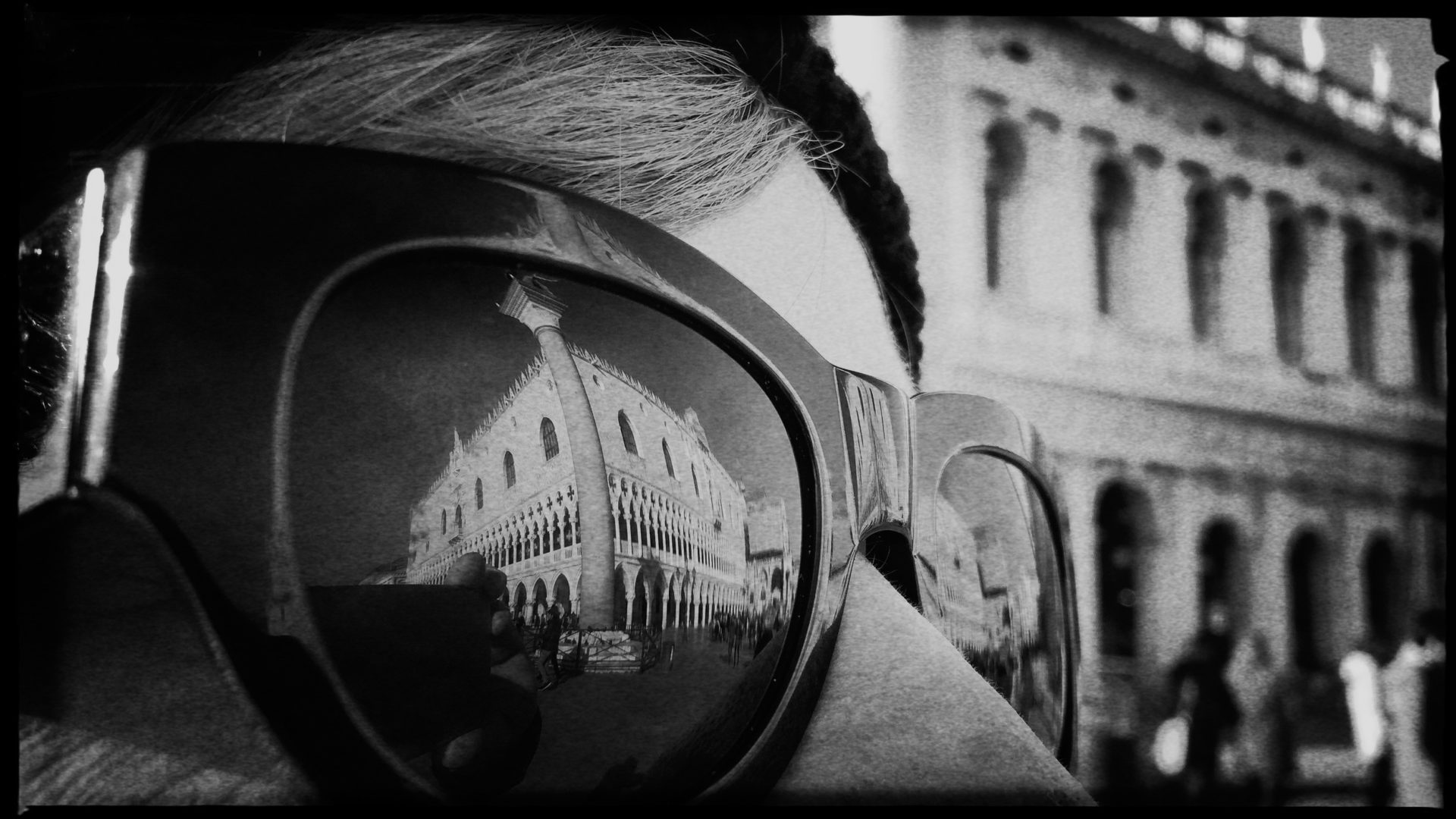 Der Dogenpalast in Venedig spiegelt sich in einer Sonnenbrillle