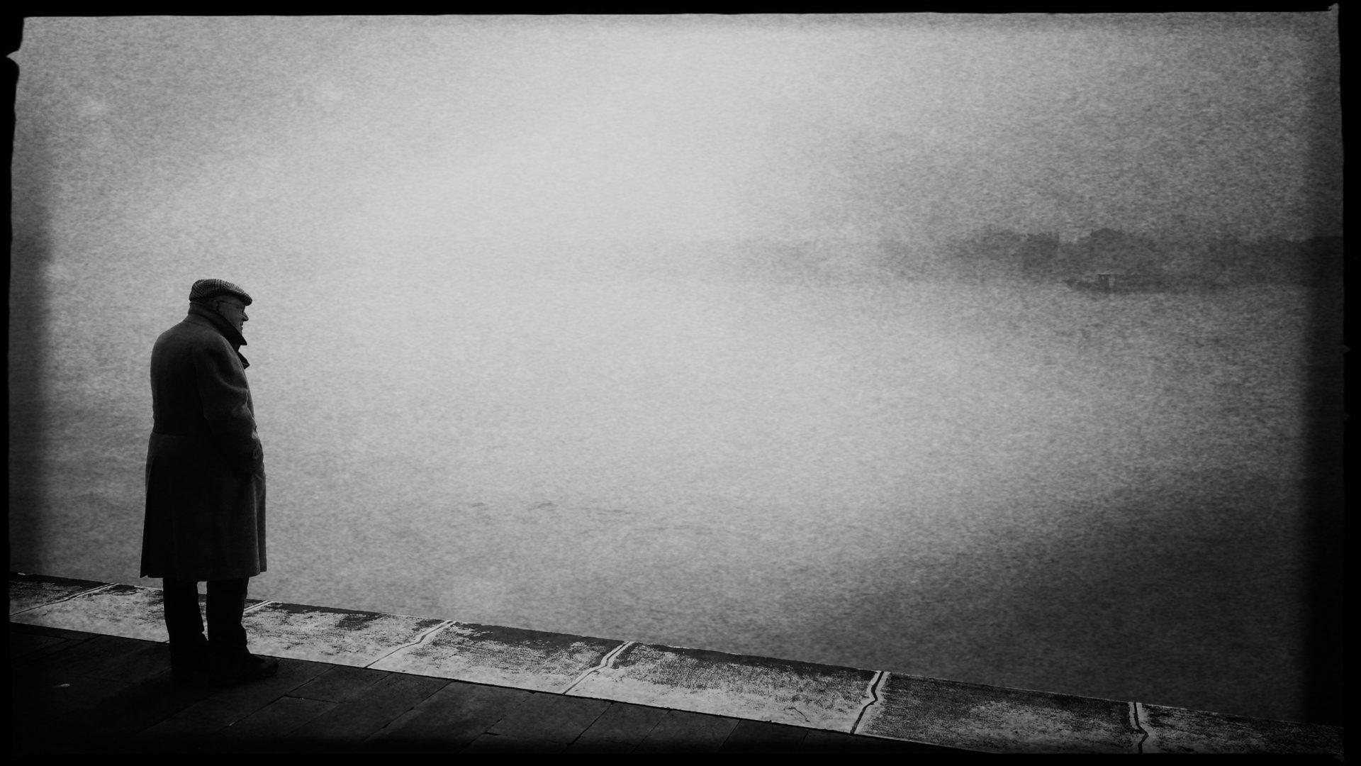 Mann sucht im Nebel von Venedig nach der Insel Giudecca