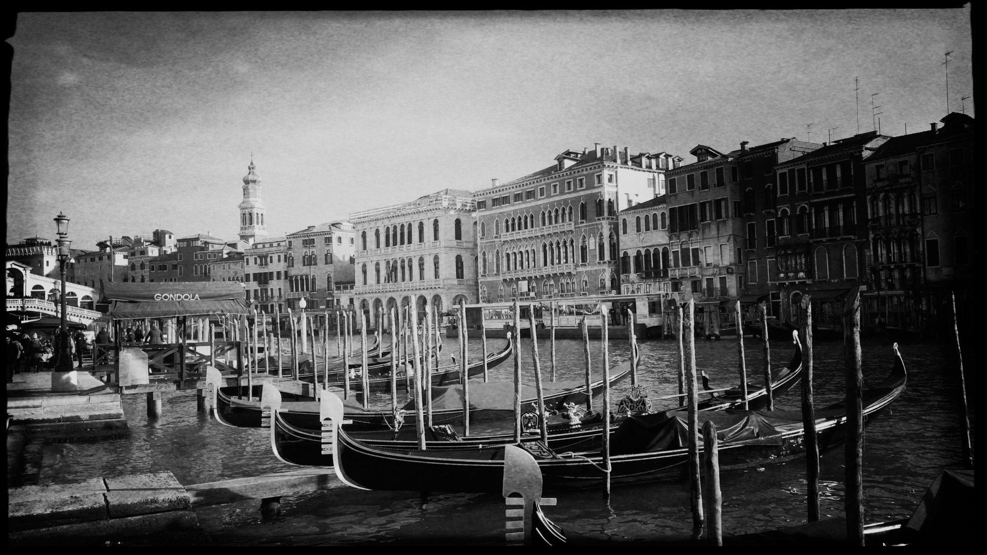 Gondeln und Palazzi am Canale Grand in Venedig
