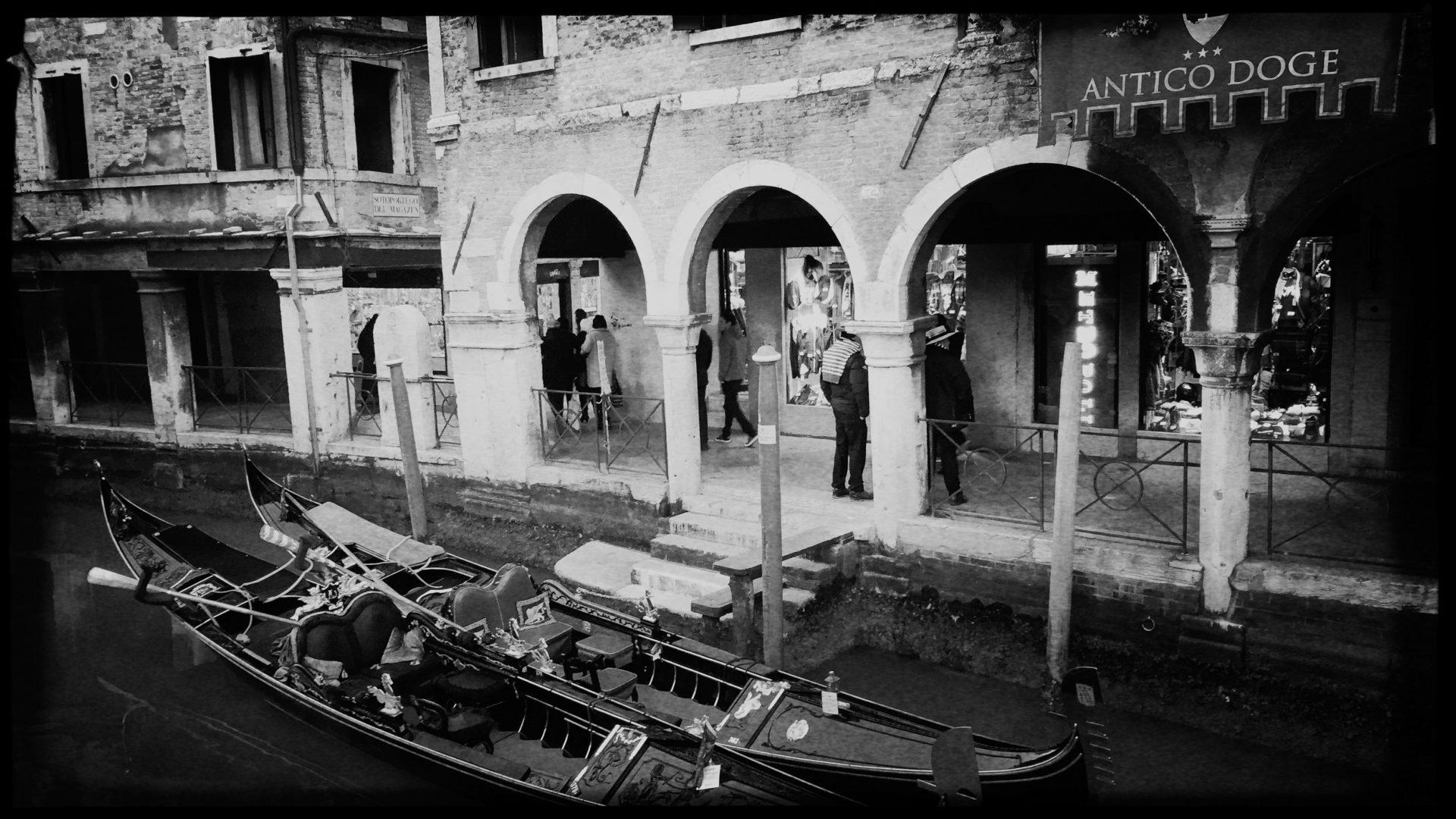 Gondeln am Hotel Antico Doge in Venedig