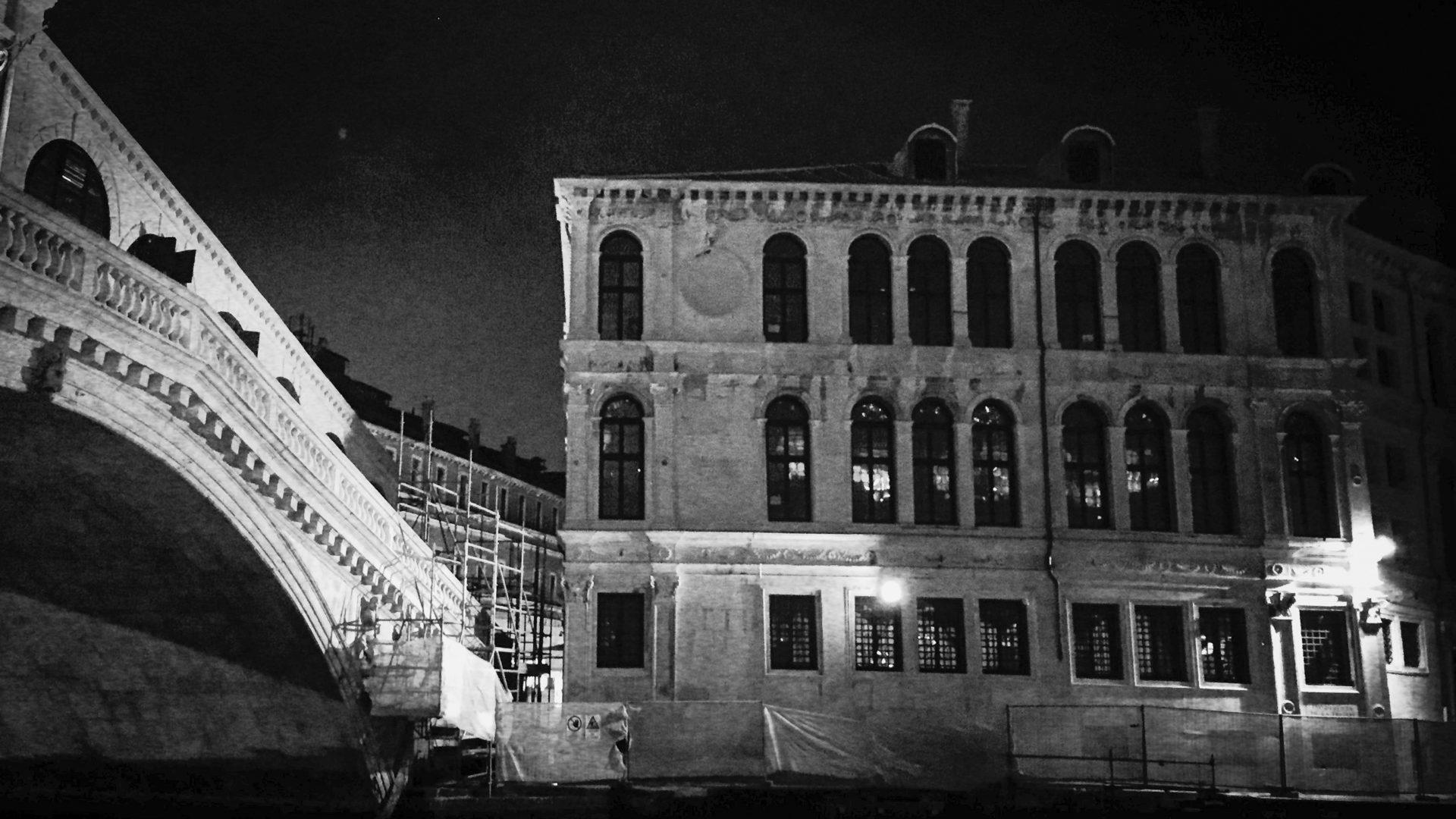 Die Rialto-Brücke bei Nacht
