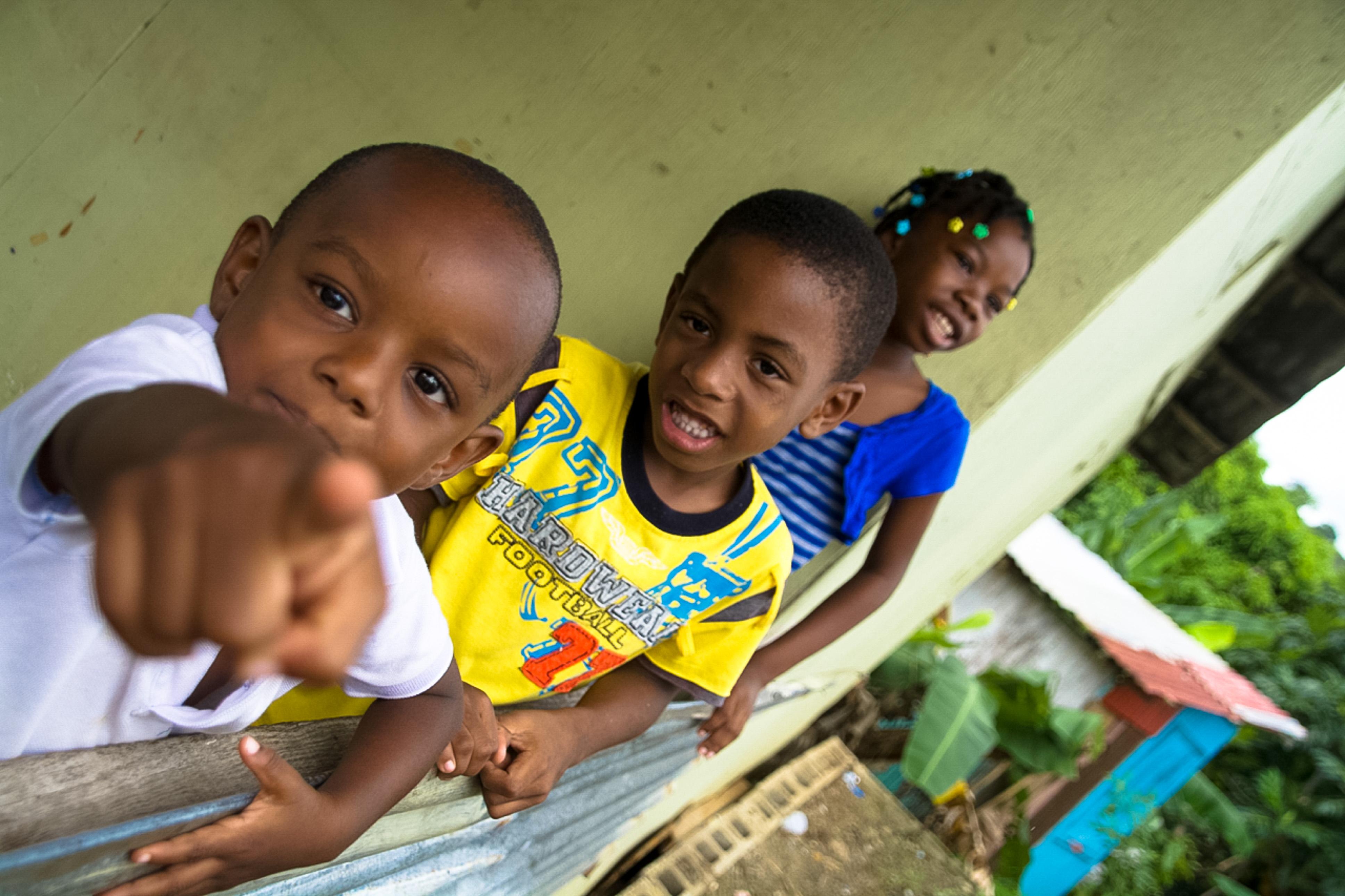 Neugierige Kids beobachten die Besucher im karibischen Bergdorf, St. Lucia