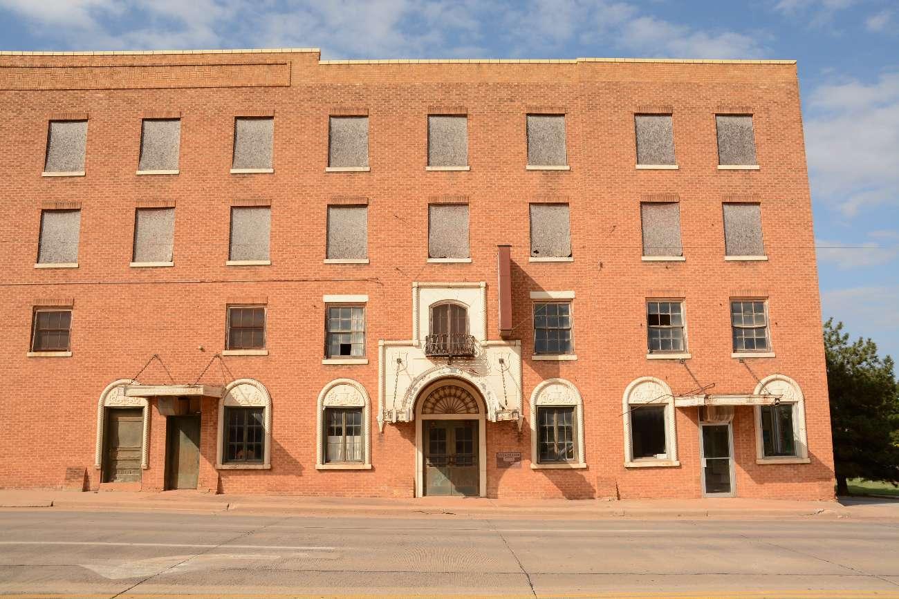 Das verlassene und verrammelte Casa Grande Hotel an der Route 66 in Erick, Oklahoma
