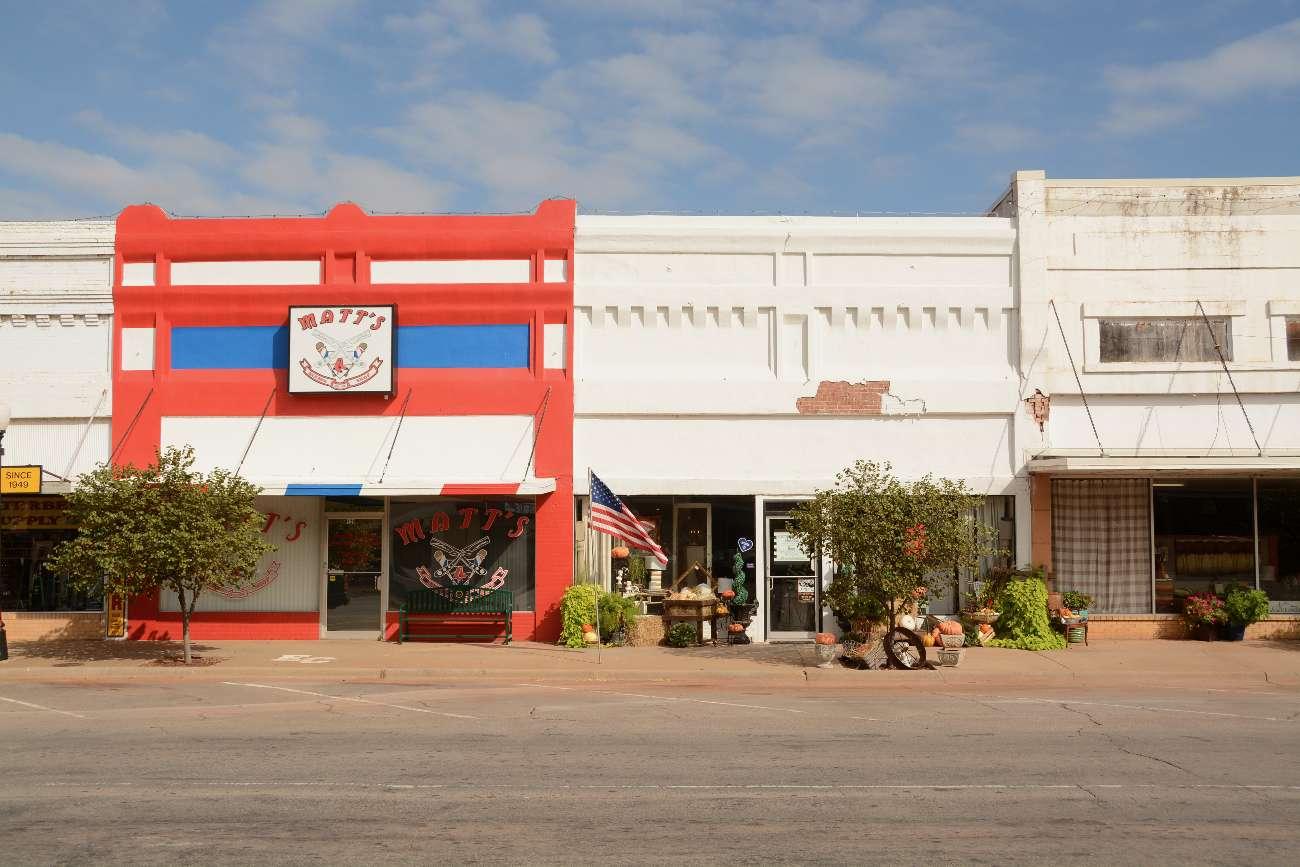 Verlassene Main Street mit verrammelten Geschäften in Erick, Oklahoma