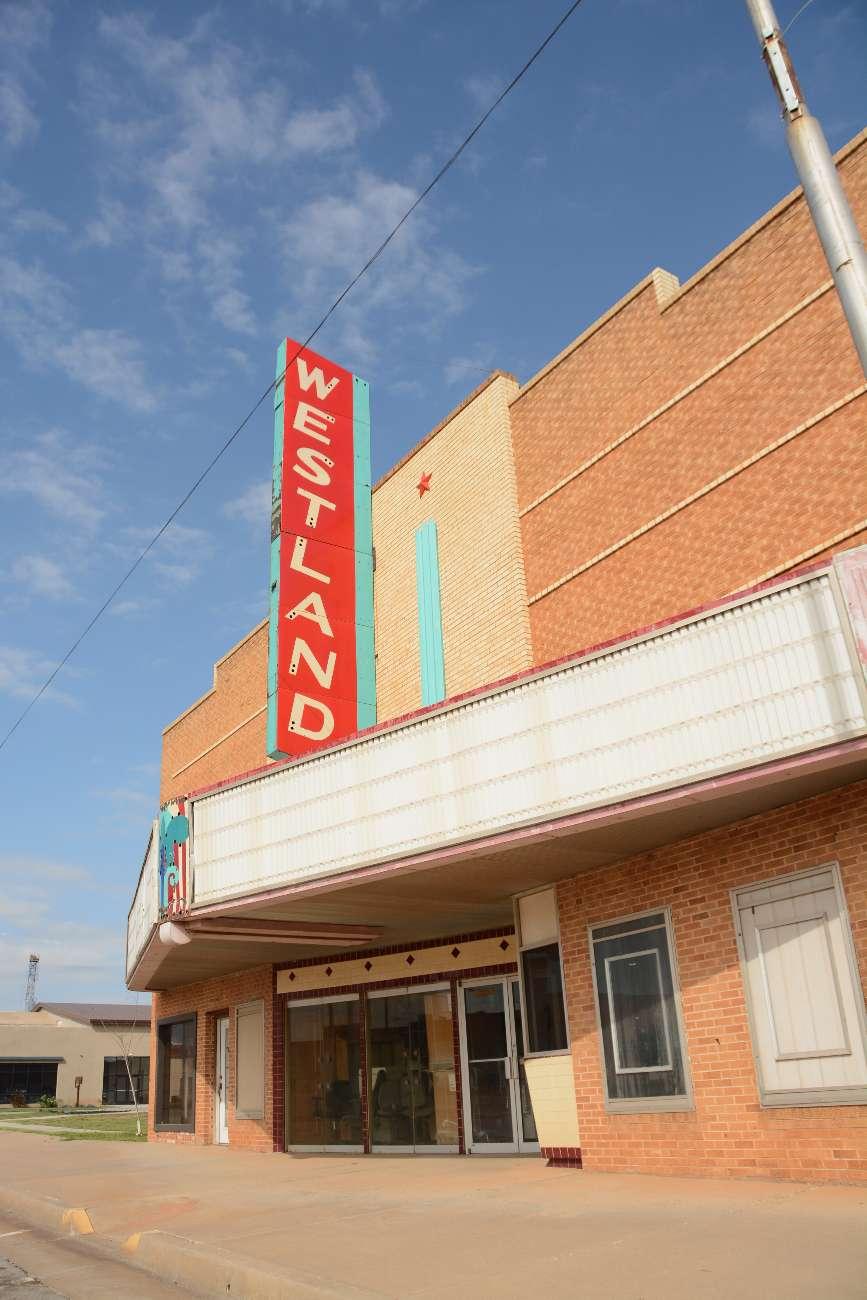Ein verlassenes Kino ohne Programm an der Route 66 in Erick, Oklahoma