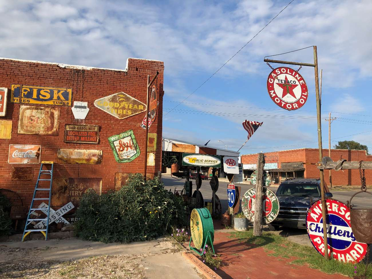 Außenansicht des Sandhill Curiosity Shop in Erick, OK, mit ausgestorbener Main Street im Hintergrund