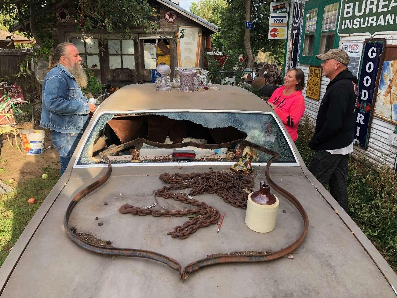 Autowrack im Sandhills Curiosity Shop in Erick, Oklahoma, mit Eigentümer Harvey Russell und Freunden