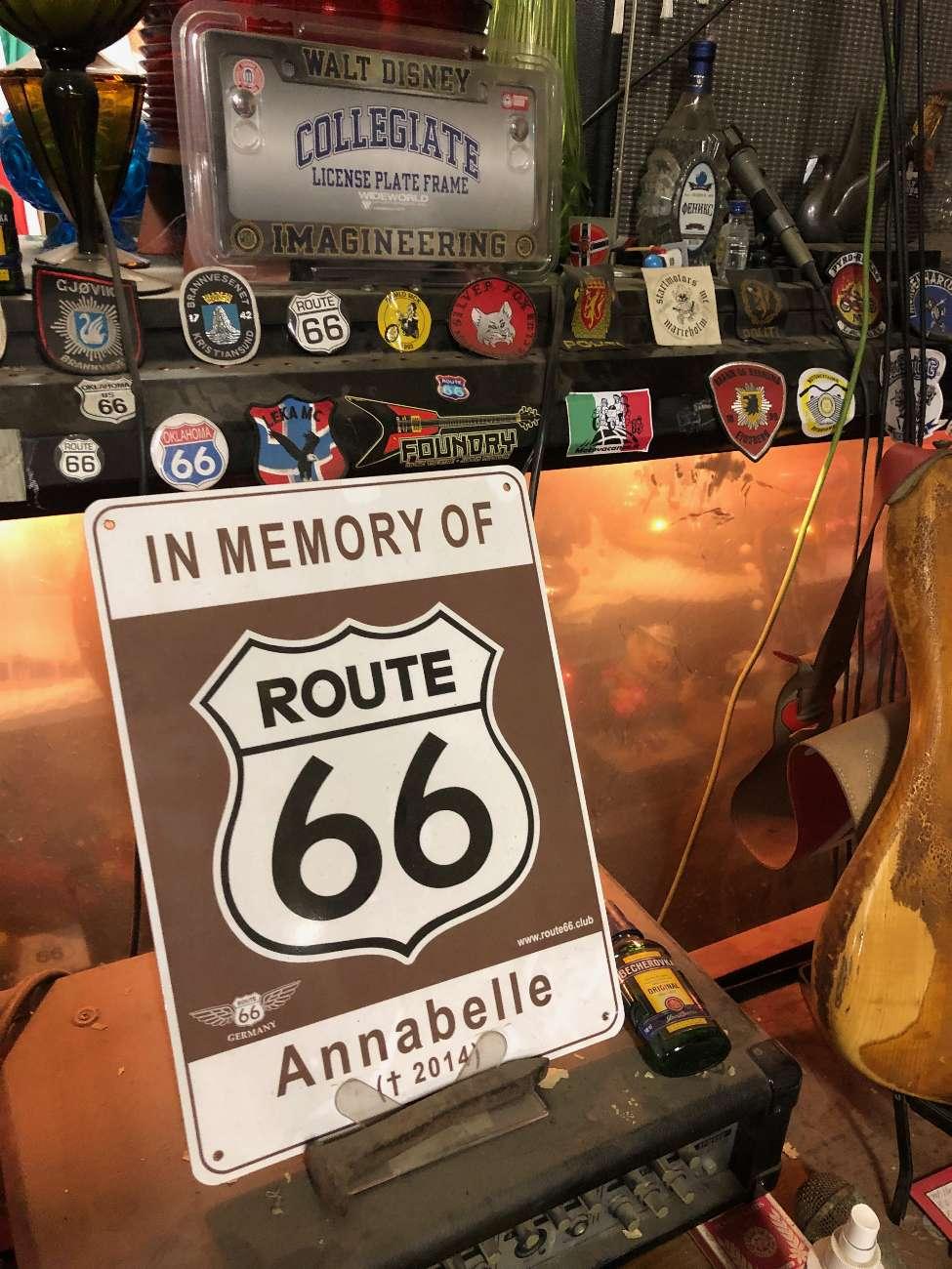 Gedenkschild an Annabelle, die verstorbene Frau von Route-66-Legende Harvey Russell