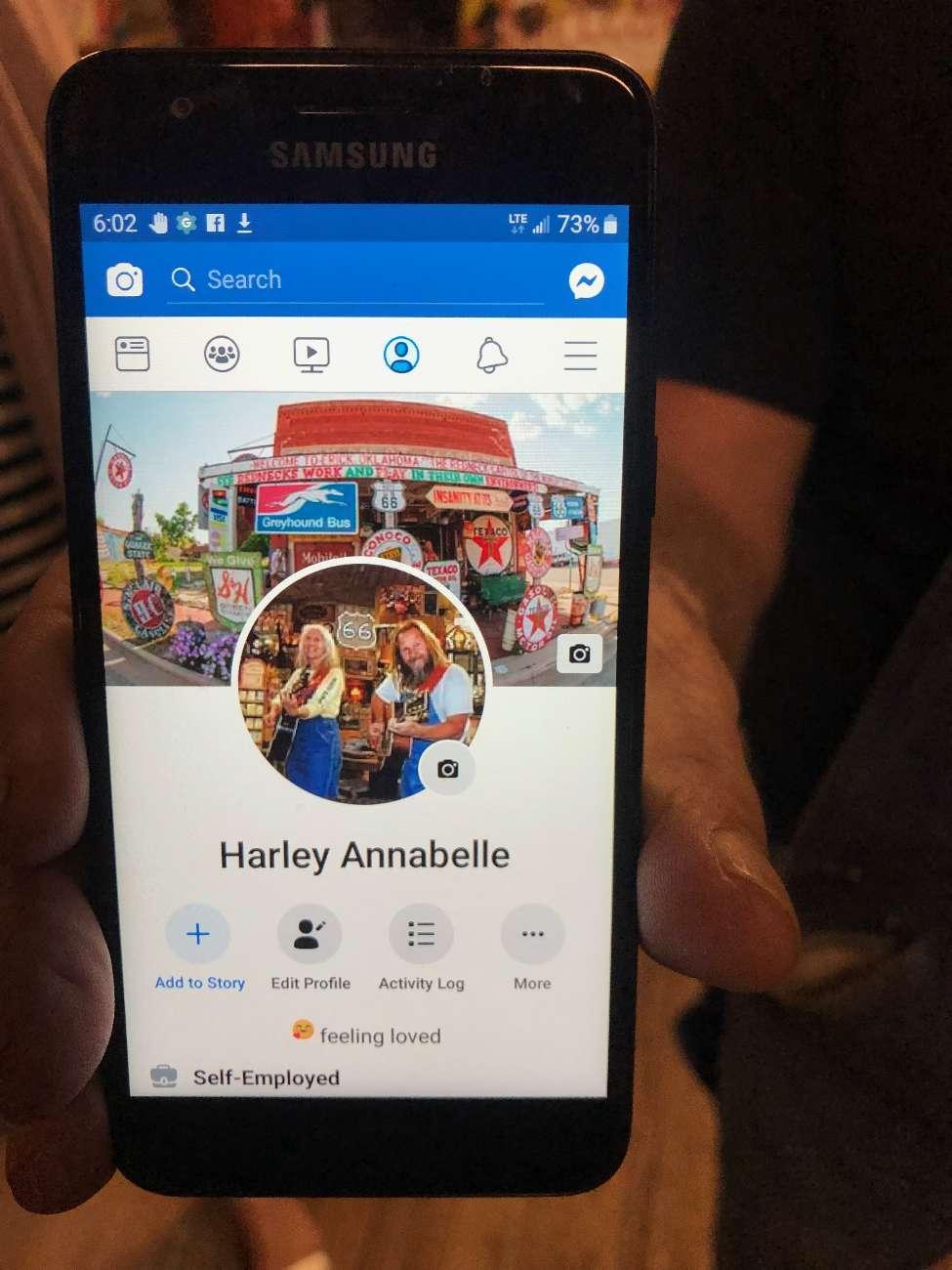Handy-Display mit Foto von Route-66-Ikone Harvey Russell mit seiner Frau Annabelle
