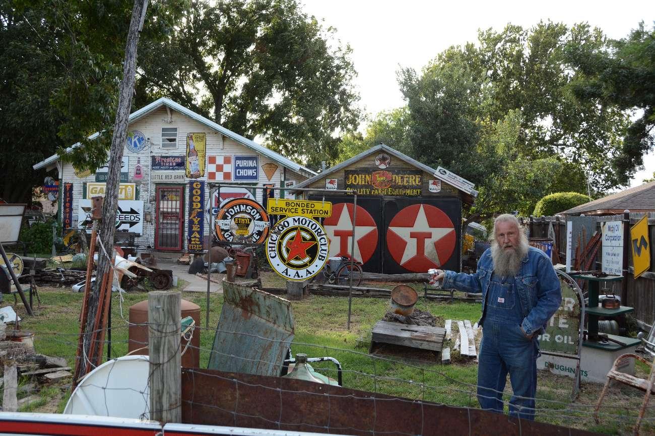 Harvey Russell im Garten seiner Route-66-Institution