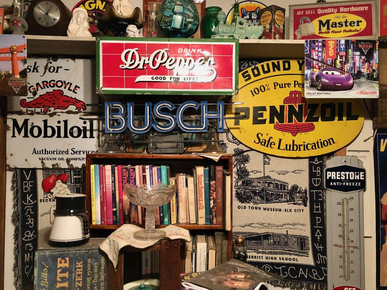 Diverse Schilder aus der Sammlung von Harvey Russell im Sandhills Curiosity Shop der Route 66 in Erick Oklahoma