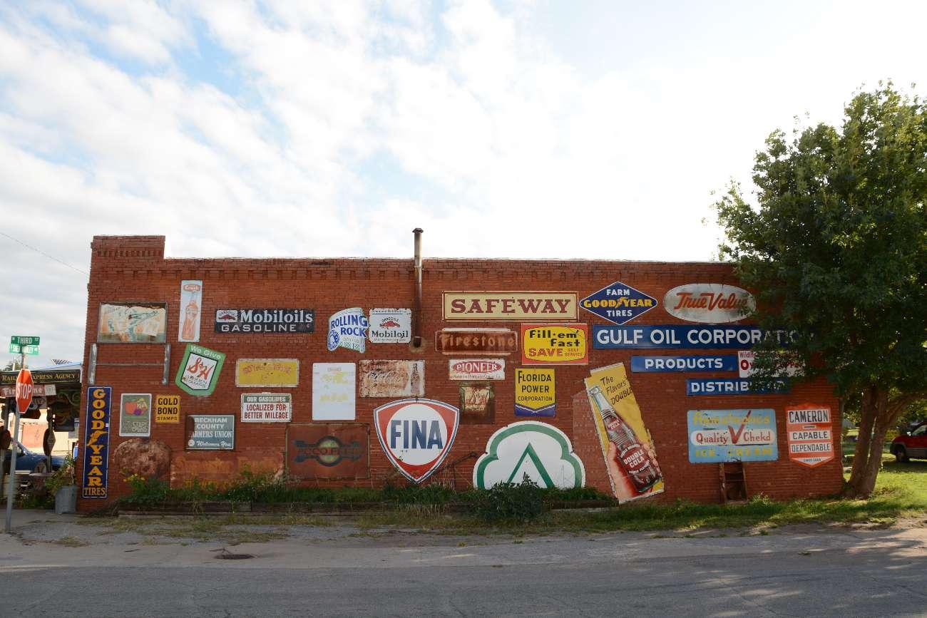 Vintage-Schilder auf einer Hauswand in Erick, Oklahoma, an der Route 66