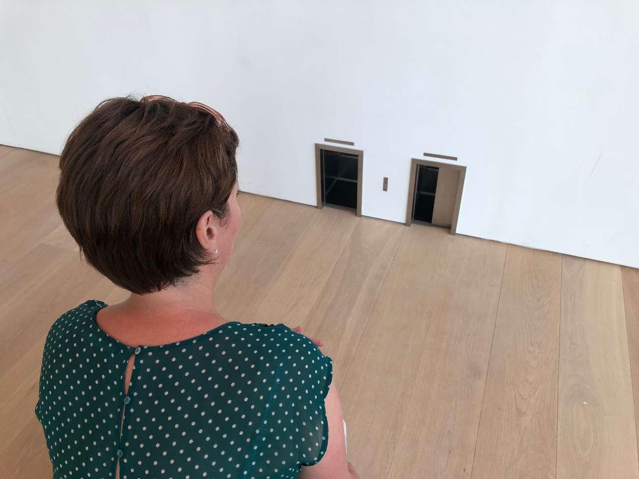 Die Miniatur einer Spielwiese ist eine lustige Installtion von Maurizio Catellan im Museum Voorlinden in Wassenaar